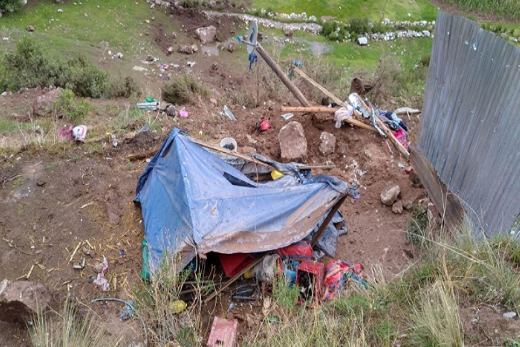 El agricultor Fredy Quispe Orue (35), su esposa Florencia Saire Ayma (33) y sus tres menores hijos afortunadamente salvaron, pero  no sus animales domésticos y artefactos.