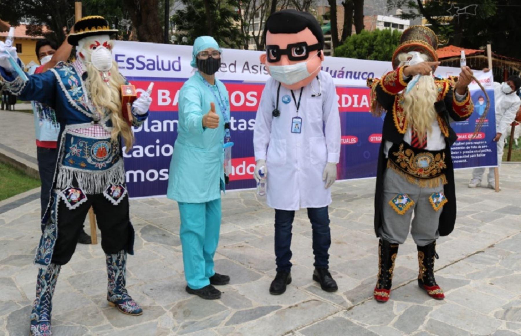 """EsSalud Huánuco y personajes de danza """"Los Negritos"""" fortalecen prevención del covid-19. Foto: EsSalud Huánuco"""