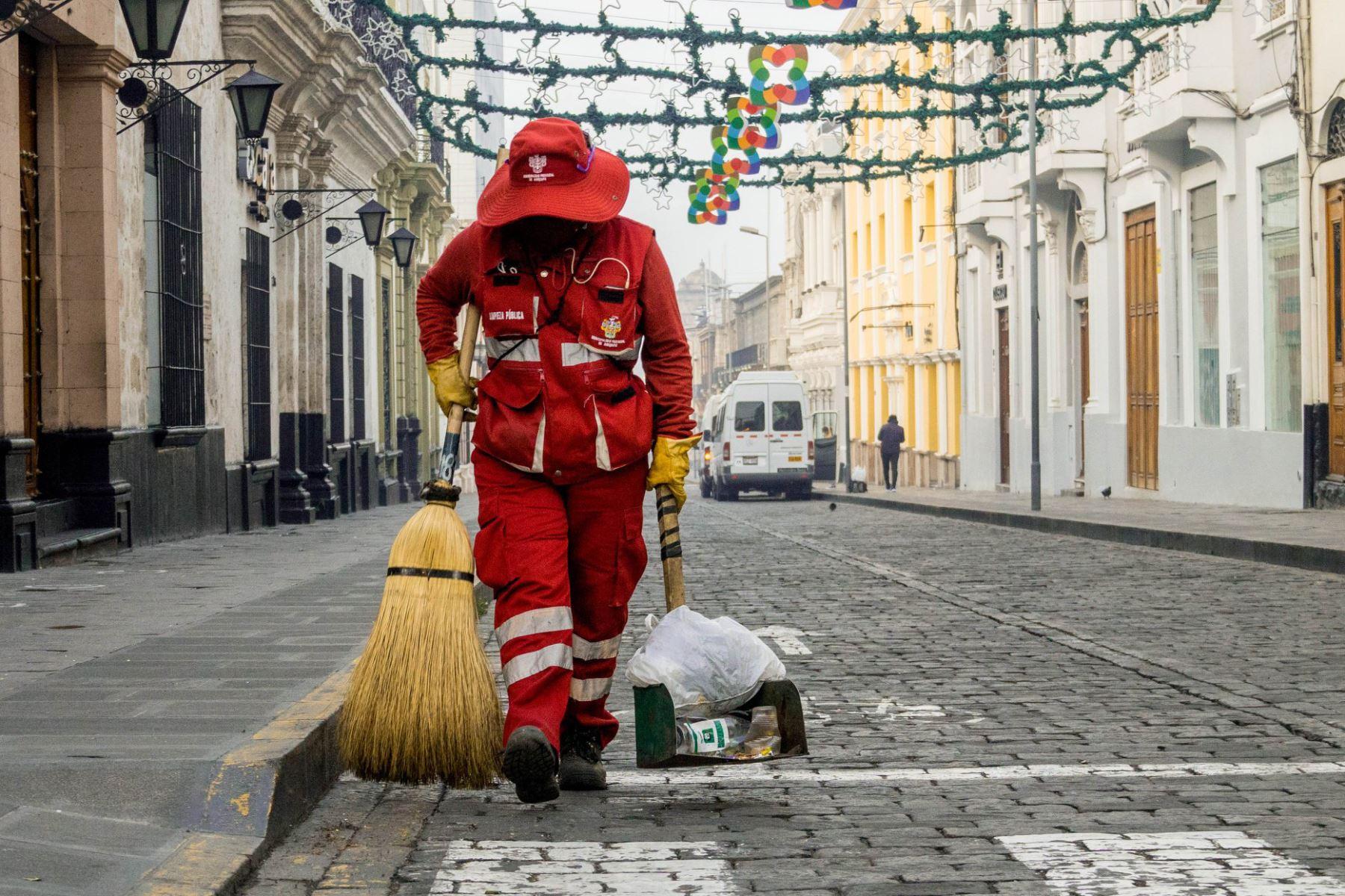 Promulgan ley que prohíbe la tercerización de los servicios de limpieza publica