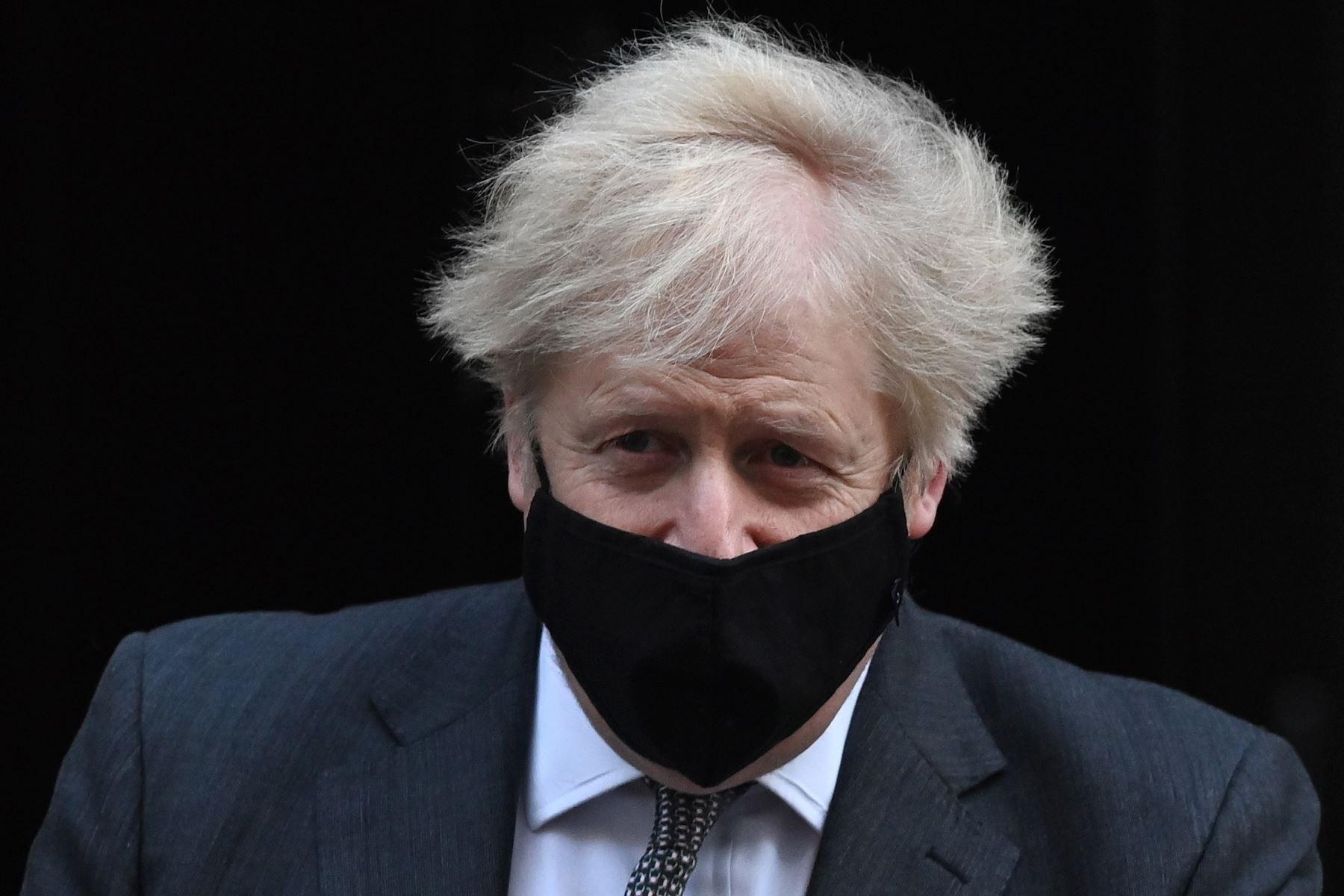 """Científicos ven un \""""desastre global\"""" reabrir Inglaterra en plena ola de covid"""