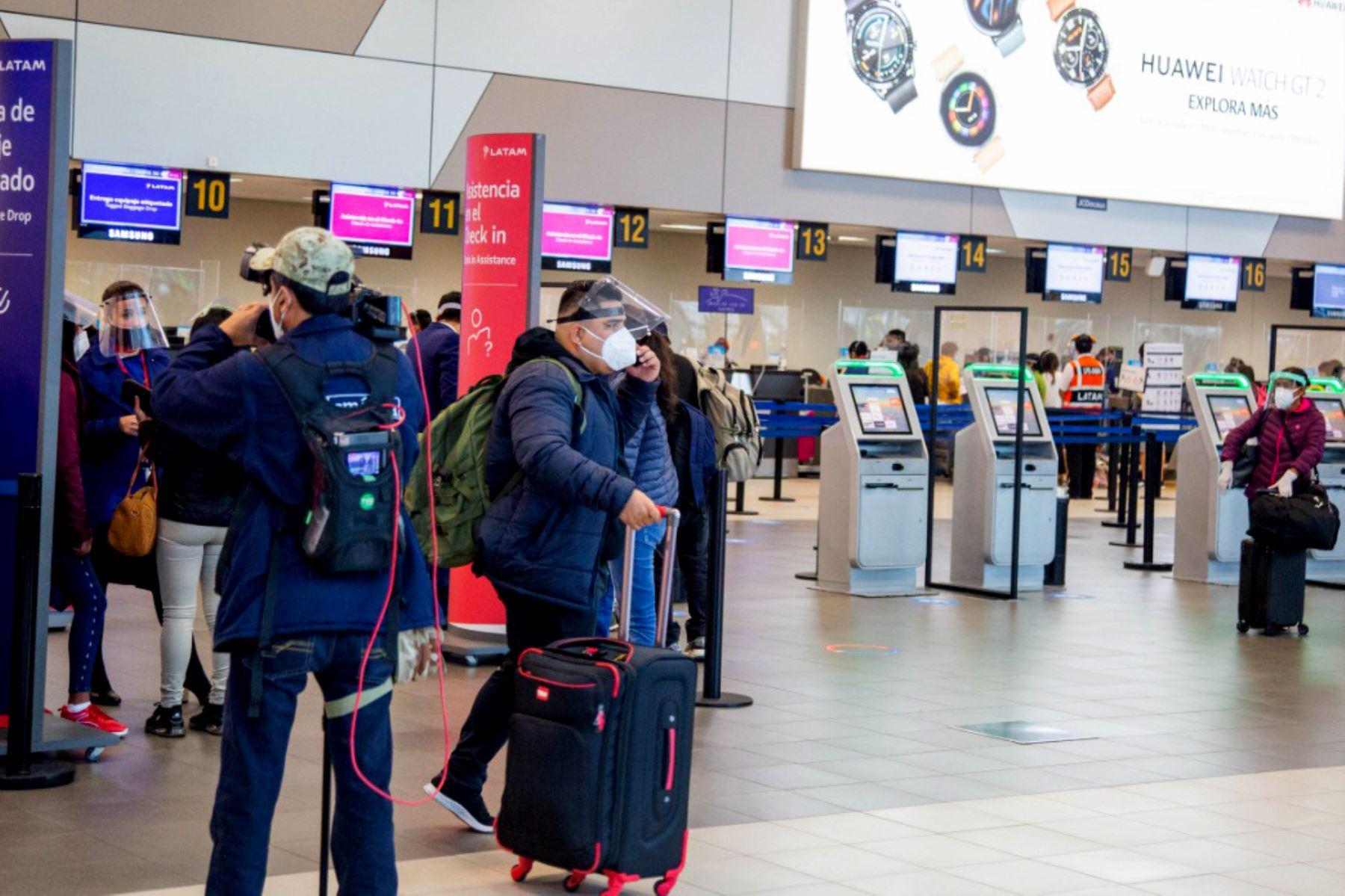 Dos médicos explican cómo debe hacer la cuarentena quiénes lleguen de viaje al país. Foto: ANDINA/Difusión