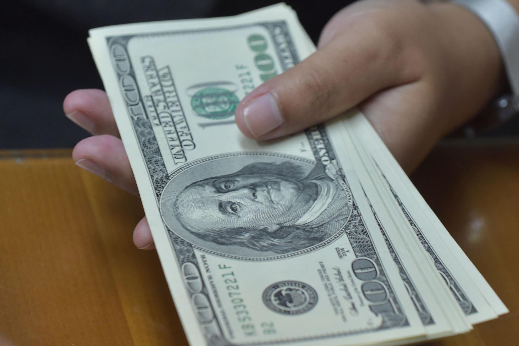 Dólar se mantiene estable al inicio de jornada pese a avance regional