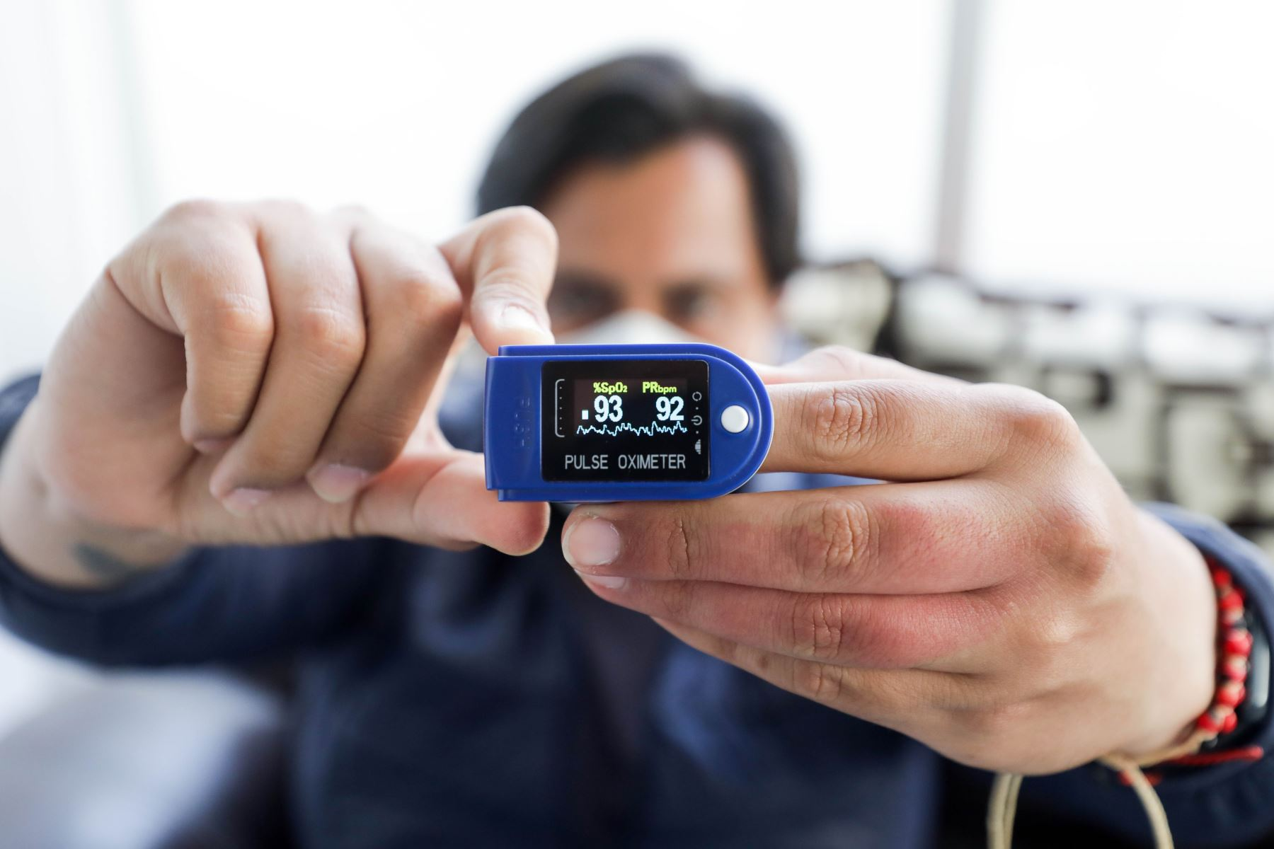 El pulsioxímetro u oxímetro de pulso se ha convertido en una gran ayuda para hacerlo, sobre todo cuando hay condiciones de alarma. Foto: ANDINA/Difusión