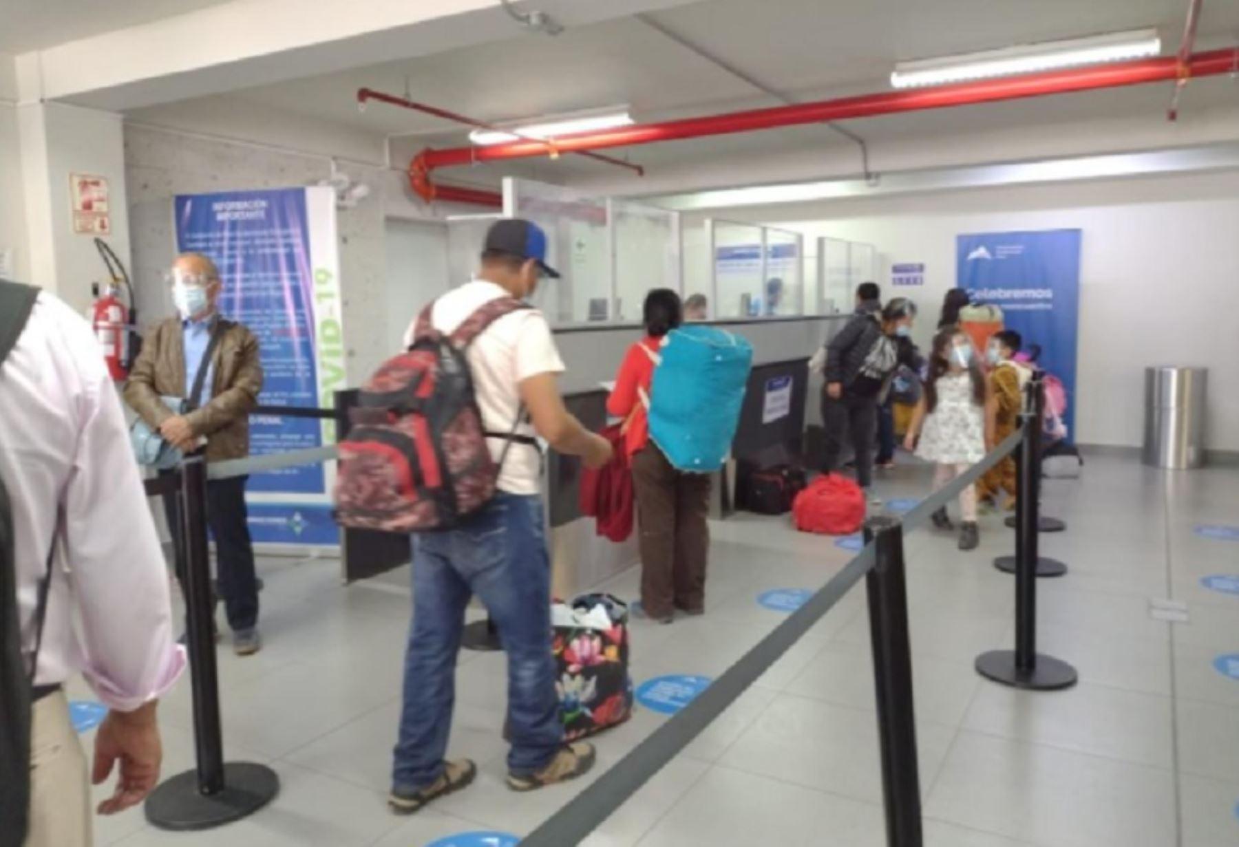 Los 149 pasajeros que arribaron hoy en el primer vuelo internacional al aeropuerto Alfredo Rodríguez Ballón, de Arequipa, pasaron por un control sanitario para verificar si cumplieron con los protocolos de bioseguridad para viajar vía aérea, a fin de prevenir la propagación de la nueva cepa del covid-19.