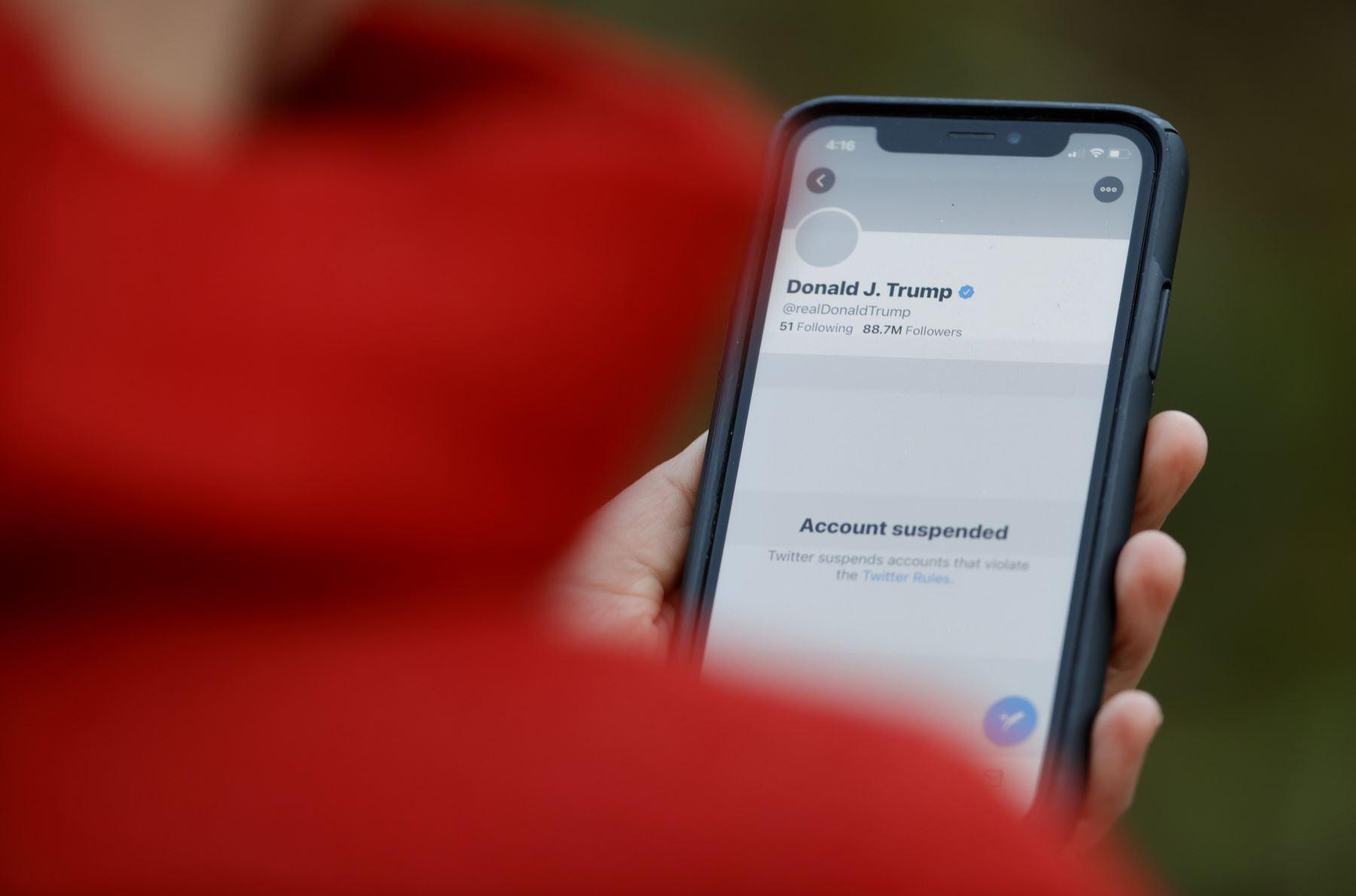 """""""¡No nos silenciarán!"""", exclamó Trump en un comunicado distribuido por la Casa Blanca después de que Twitter anunciara que le había privado definitivamente de su cuenta personal en la red social, @realDonaldTrump. Foto: AFP"""