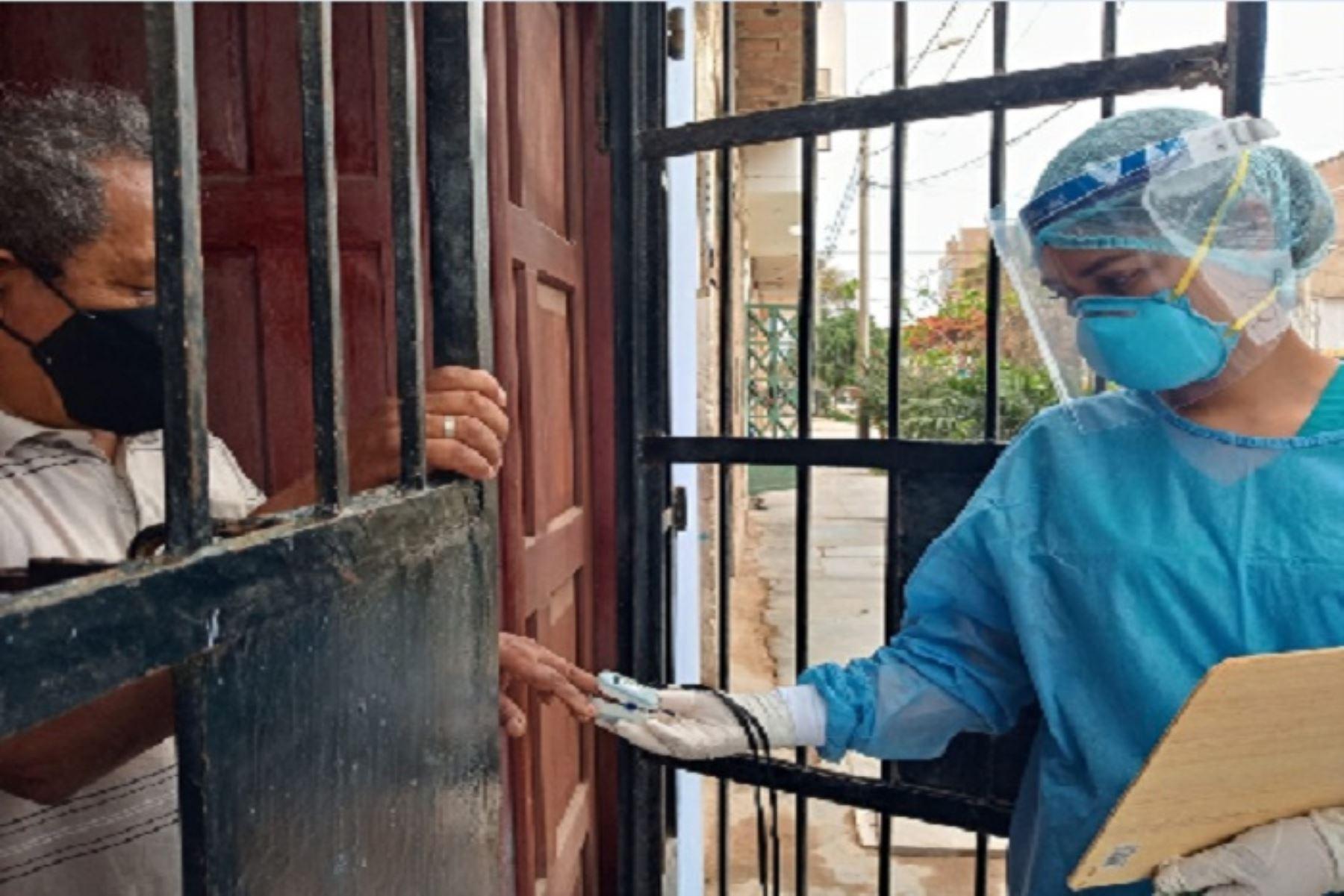 Los profesionales de salud - entre médicos, biólogos y enfermeras- visitan los sectores críticos donde según información de la Oficina de Inteligencia Sanitaria de la Red se ha reportado la mayor incidencia de contagios.