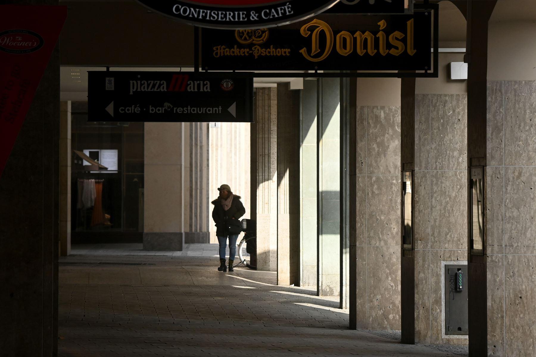Un peatón camina por una galería donde las tiendas y rastaurants están cerrados, en la ciudad de Múnich, en el sur de Alemania, en medio de la pandemia del nuevo coronavirus Covid-19 en curso. Foto: AFP