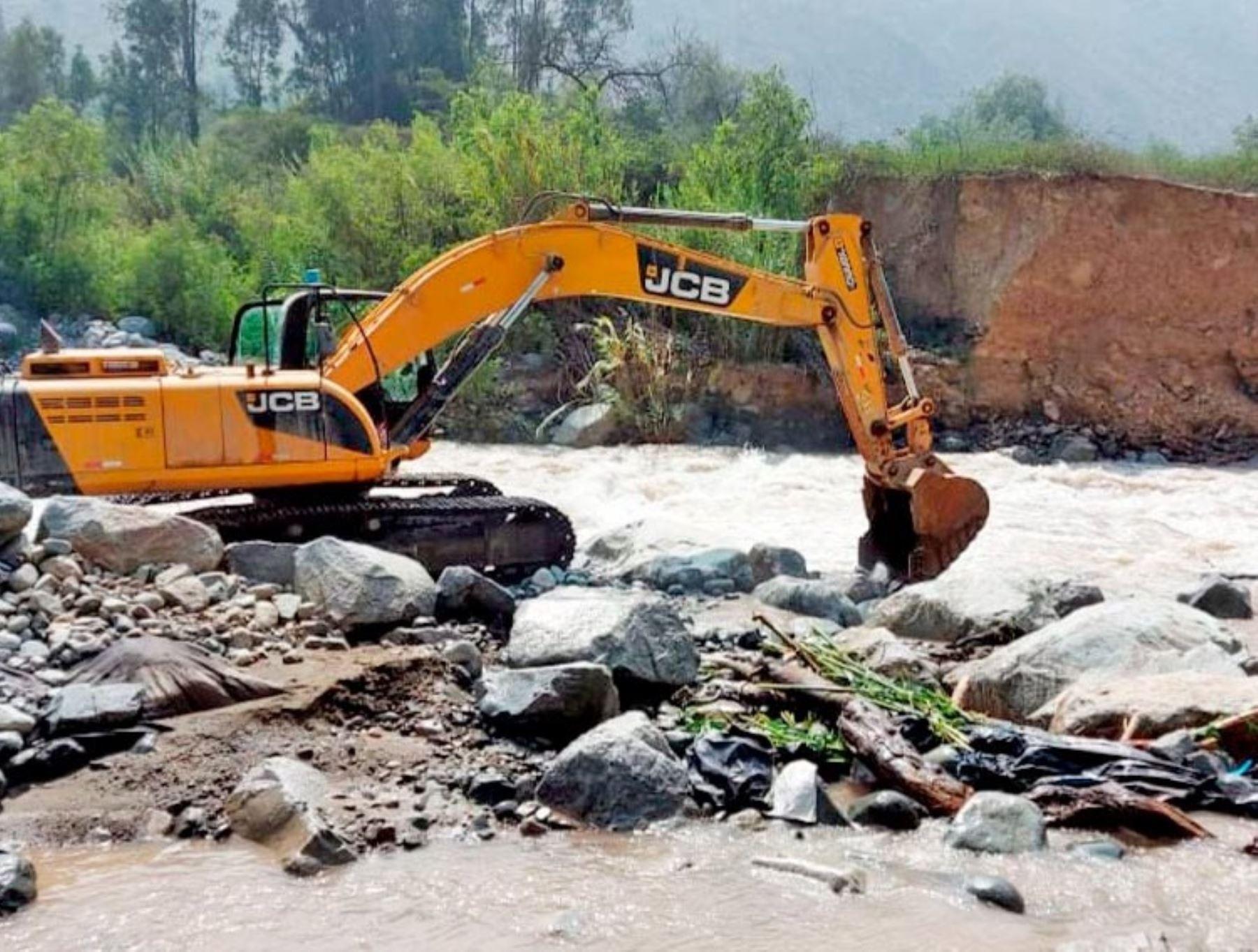 Región Lima desplaza maquinaria pesada para atender emergencias causadas por lluvias intensas que se presentan en las zonas altoandinas.