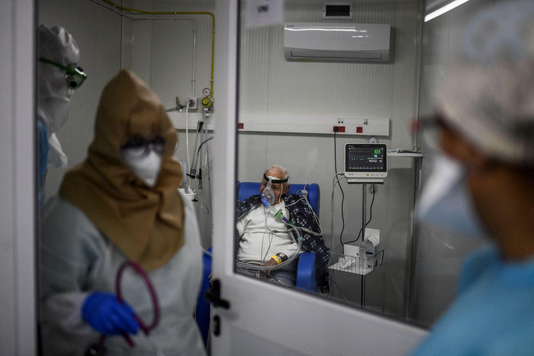 Médicos atienden a un paciente en la sala de emergencias Covid-19 del hospital Santa Maria en Lisboa. Portugal ha sufrido un número récord de muertes y hospitalizaciones por coronavirus en las últimas 24 horas, lo que hace inevitable un nuevo bloqueo, el país dijo el primer ministro. Foto: AFP