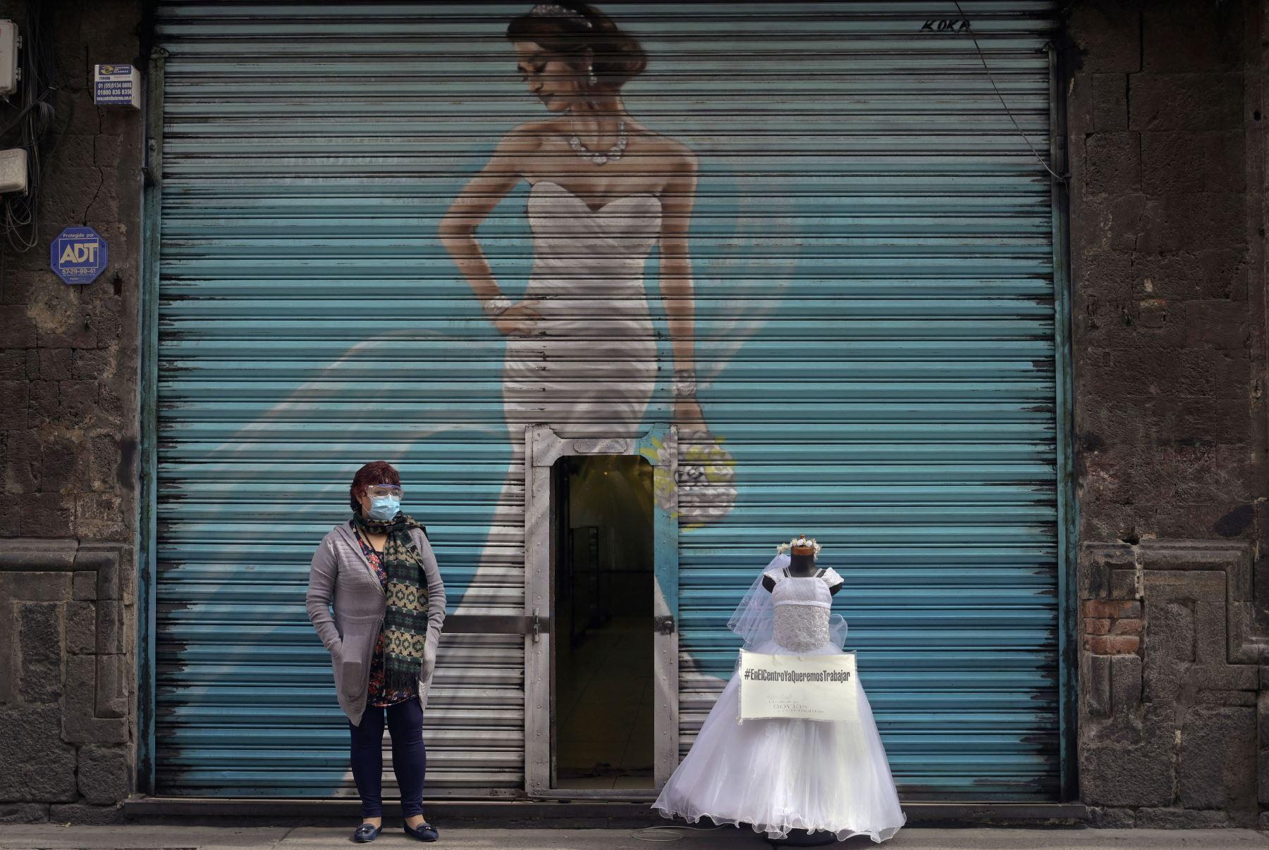 Un vendedor de vestidos para novias protesta con maniquíes en las calles del centro de la Ciudad de México. Los vendedores exigen que se les permita abrir sus tiendas, ya que el Gobierno de la ciudad prohibió estas tiendas en un esfuerzo para reducir las infecciones por COVID-19. Foto: AFP