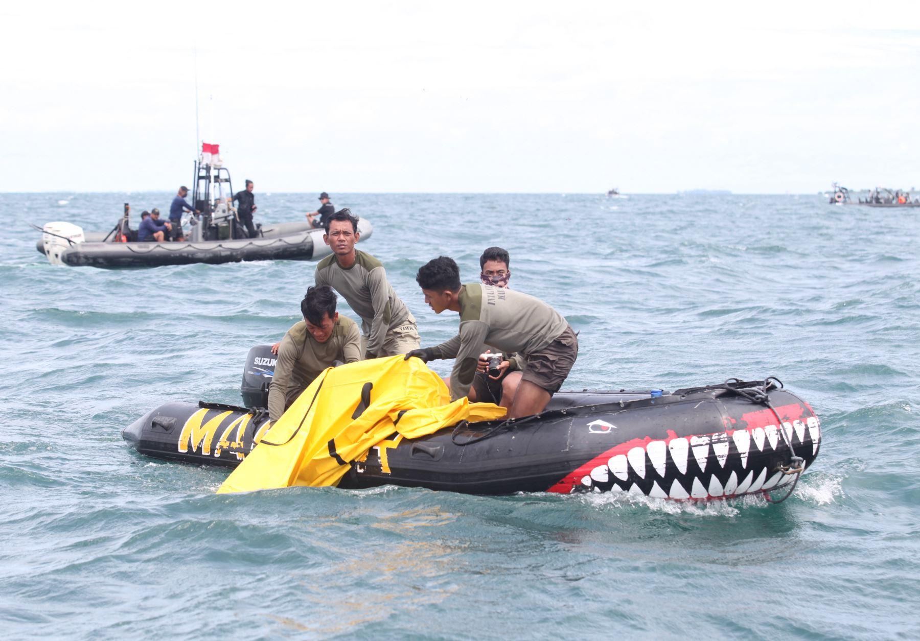 Un buzo de la marina prepara el registrador de datos de vuelo antes de una conferencia de prensa mientras el equipo de búsqueda y rescate realiza operaciones frente a la costa para el vuelo SJ182 Boeing 737-500 de Sriwijaya Air que se estrelló el 9 de enero en el puerto de Tanjung Priok en Yakarta. Foto: AFP
