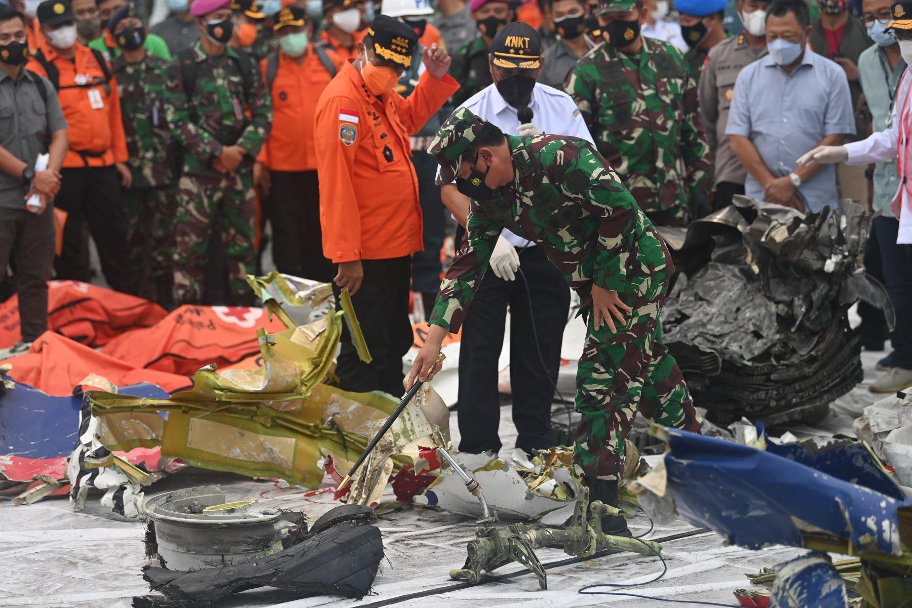 Encuentran caja negra del avión que cayó al mar con 62 personas en Indonesia. Foto: AFP