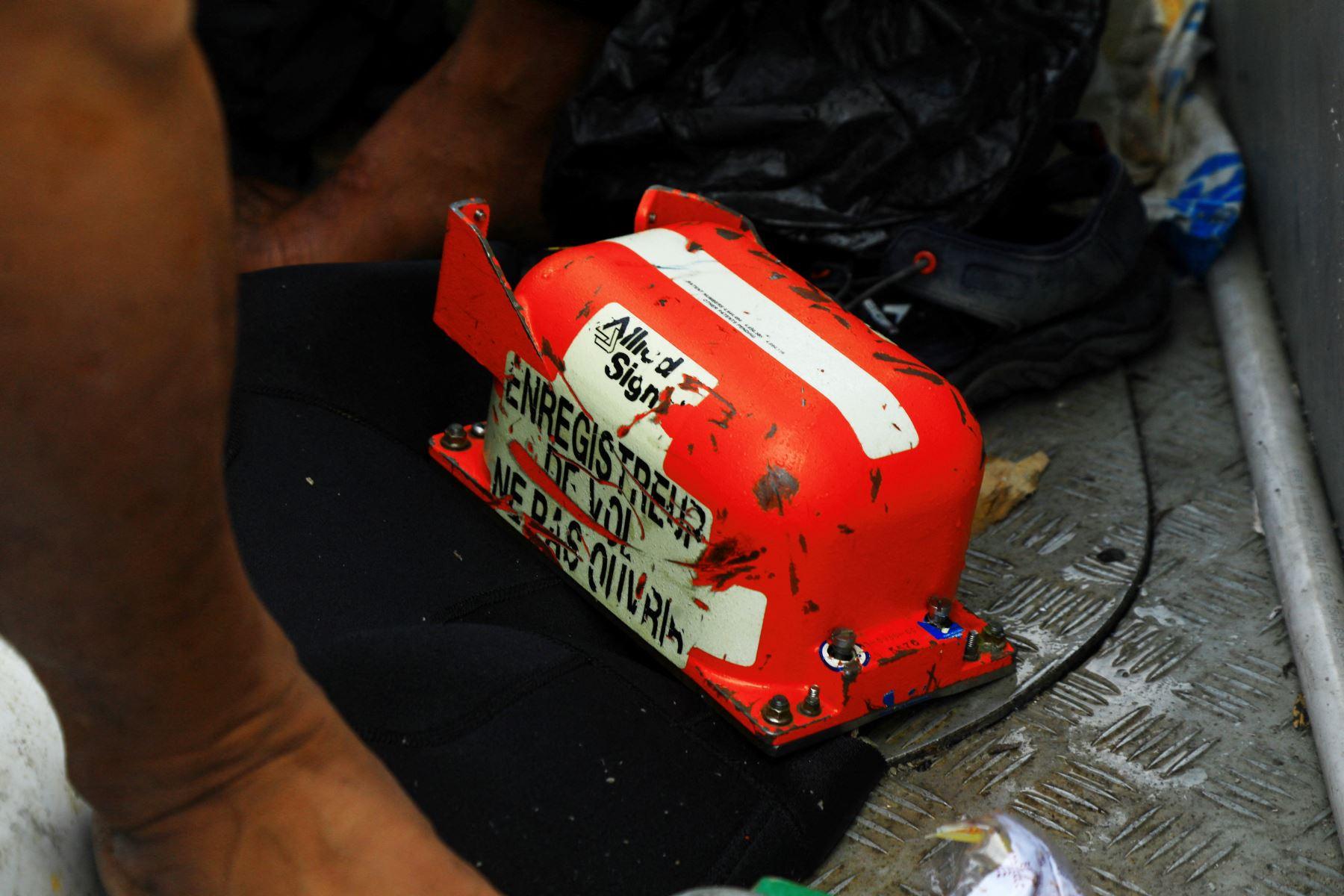 Los buzos de la Armada recuperaron el registrador de datos de vuelo del lugar del accidente frente a la costa de Yakarta el 12 de enero de 2021, en la búsqueda del vuelo SJ182 de Sriwijaya que se estrelló después del despegue de Yakarta el 9 de enero. Foto: AFP