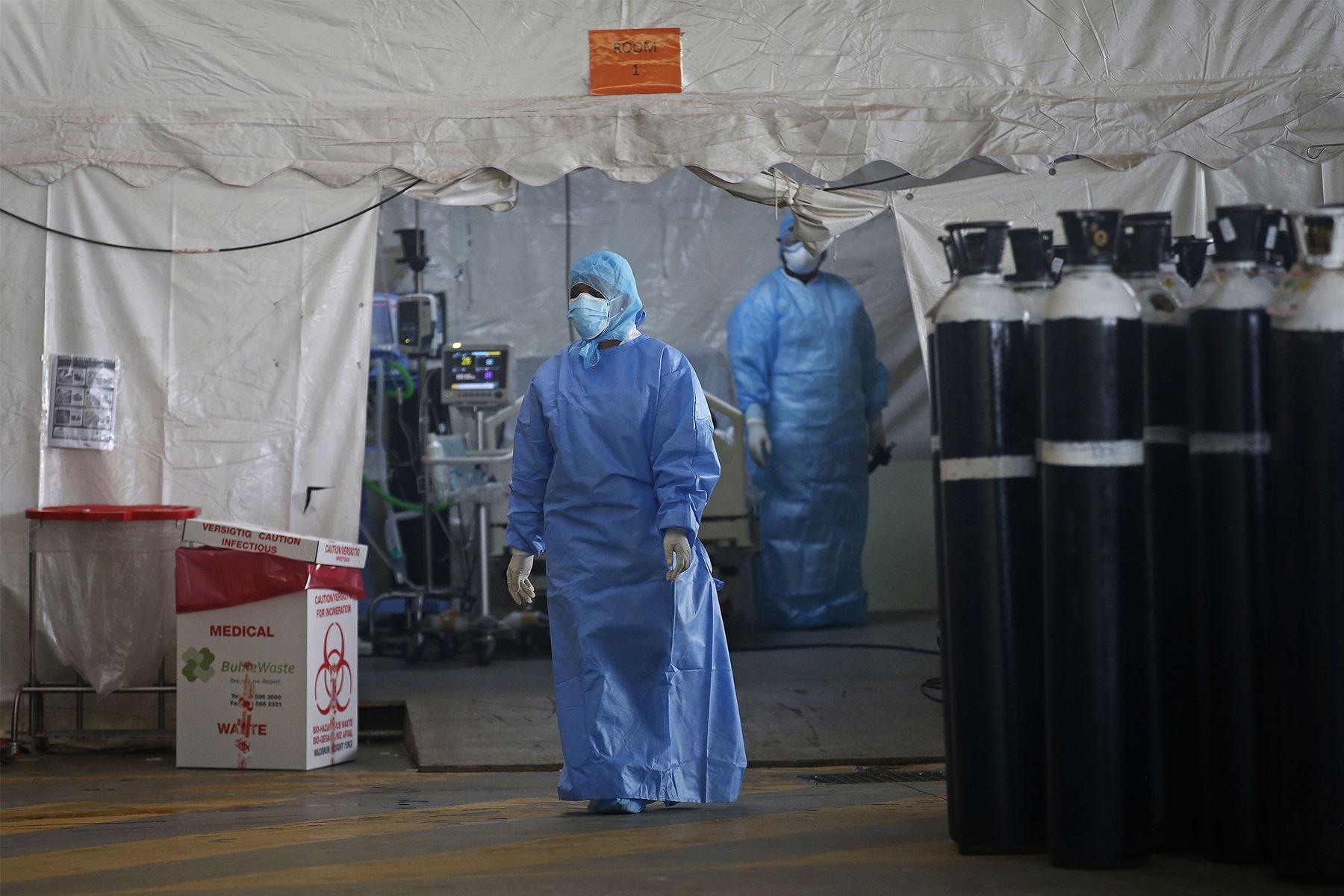Trabajadores de salud de Sudáfrica atienden a pacientes con Covid-19. Foto: AFP.