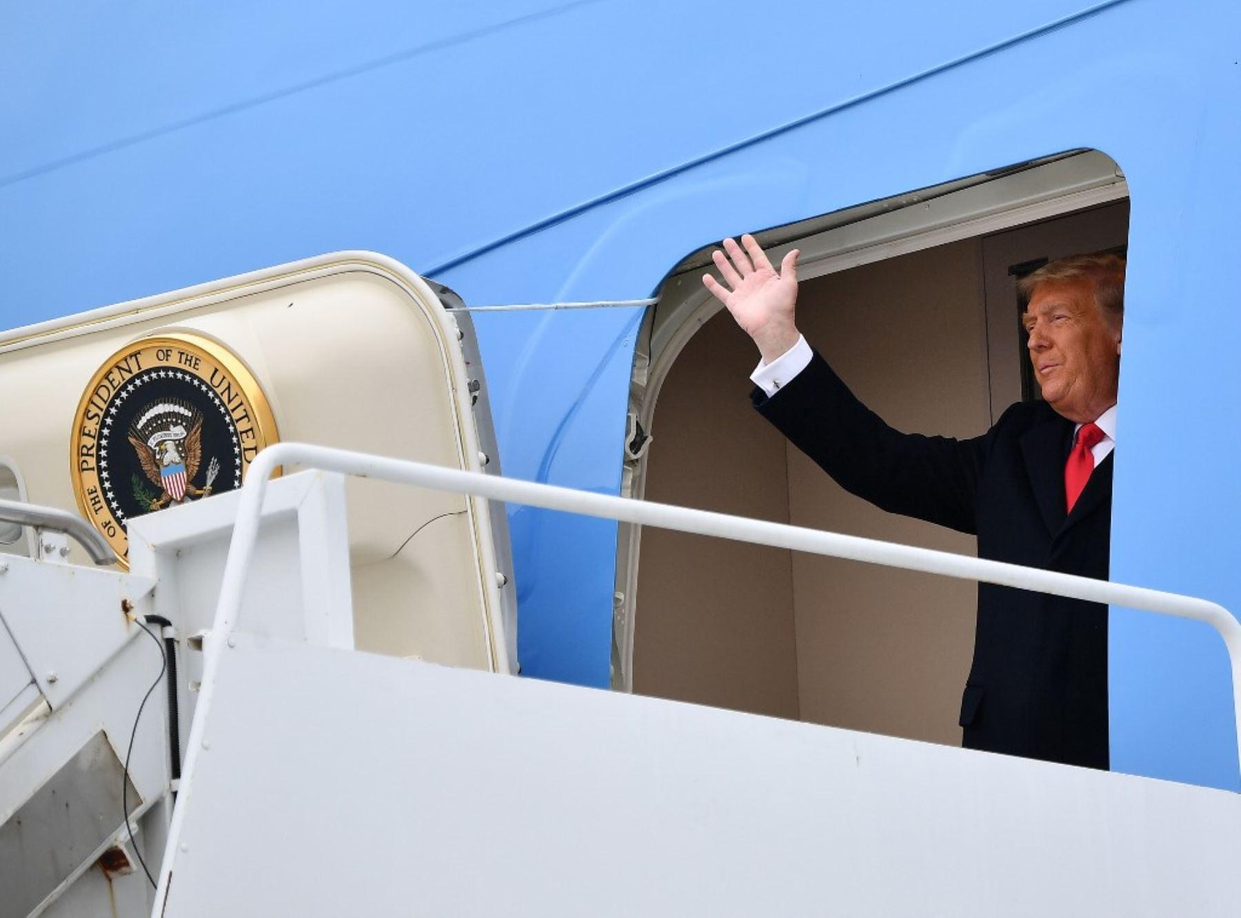 El presidente de los Estados Unidos, Donald Trump, recorre una sección del muro fronterizo en Alamo, Texas. Foto: AFP