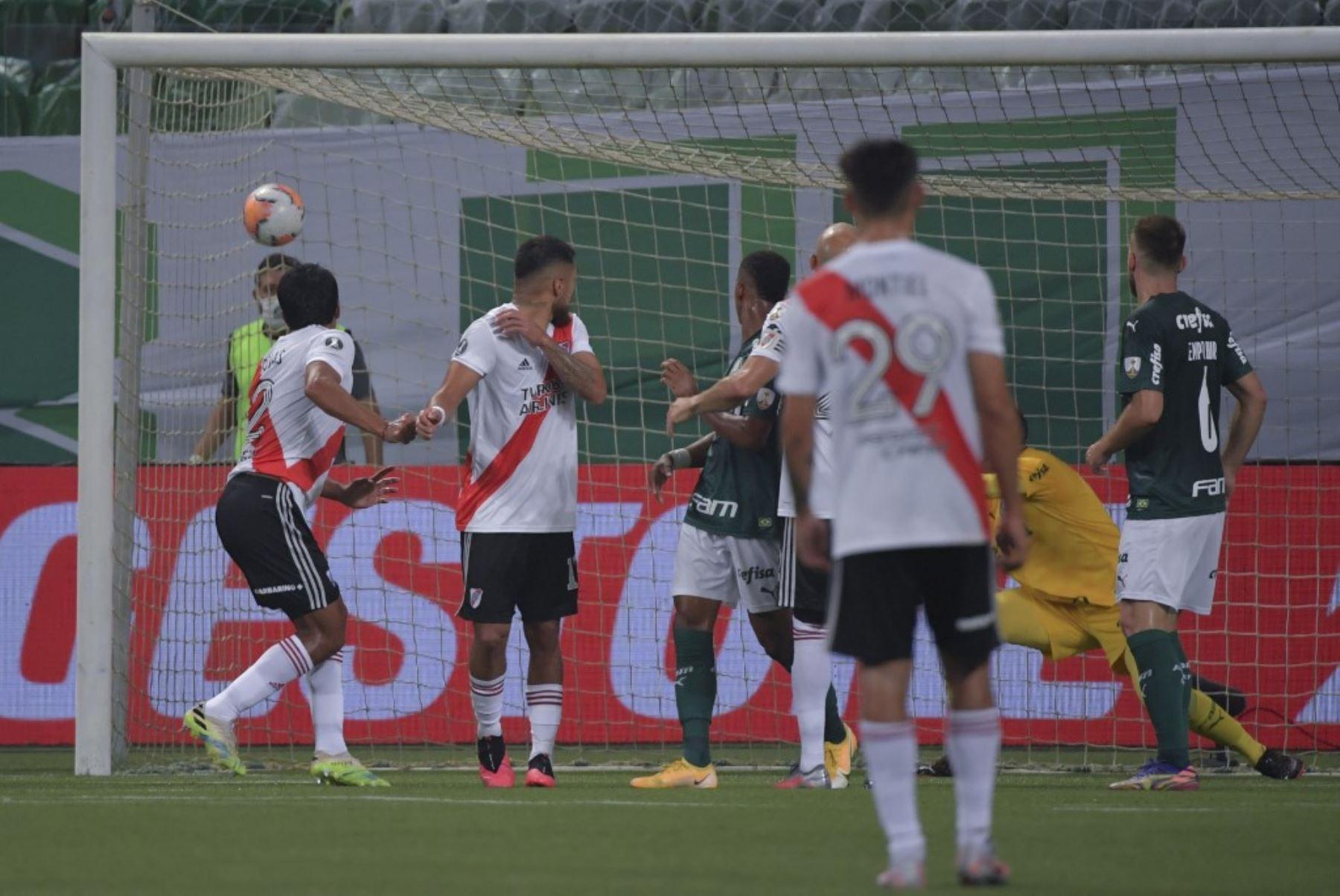 El jugador de River Plate, el paraguayo Robert Rojas anota un cabezazo contra el Palmeiras de Brasil durante la semifinal de la Copa Libertadores en el estadio Allianz Parque en Sao Paulo, Brasil. Foto: AFP