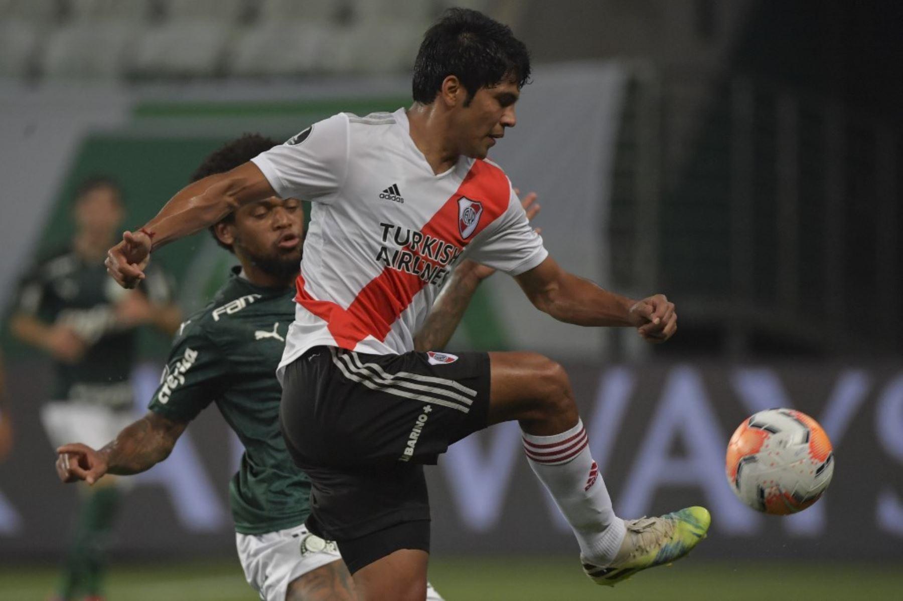 El paraguayo Robert Rojas y el brasileño Palmeiras Luiz Adriano compiten por el balón durante la semifinal de la Copa Libertadores en el estadio Allianz Parque en Sao Paulo, Brasil. Foto: AFP