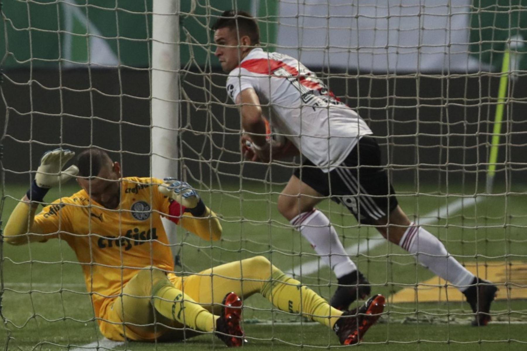 El colombiano Rafael Santos Borre recibe el balón después de anotar al portero del Palmeiras de Brasil Weverton durante su partido de fútbol semifinal de la Copa Libertadores en el estadio Allianz Parque en Sao Paulo, Brasil. Foto: AFP