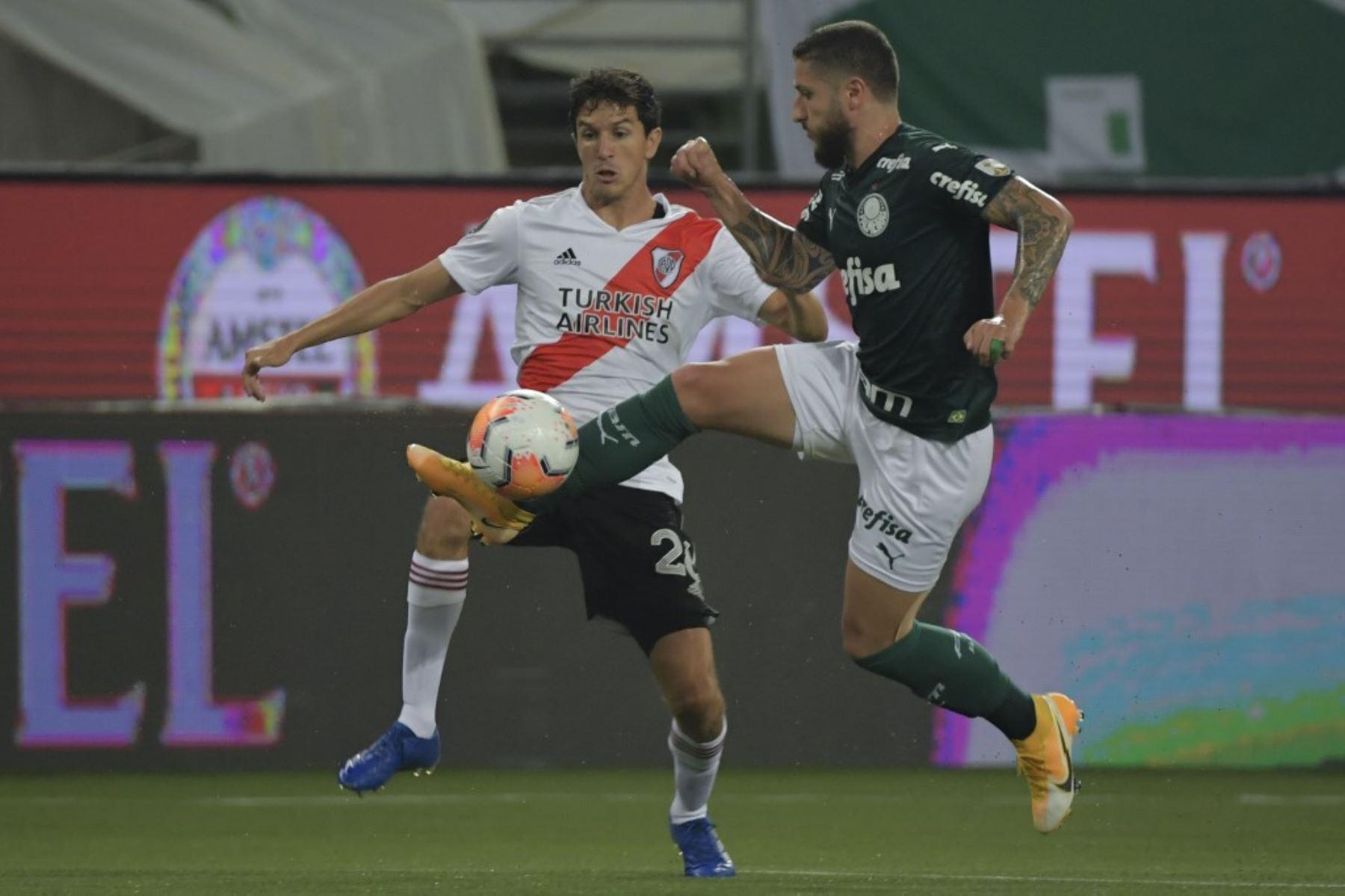 El Ignacio Fernández y el brasileño Palmeiras Ze Rafael compiten por el balón durante la semifinal de la Copa Libertadores en el estadio Allianz Parque en Sao Paulo, Brasil. Foto: AFP