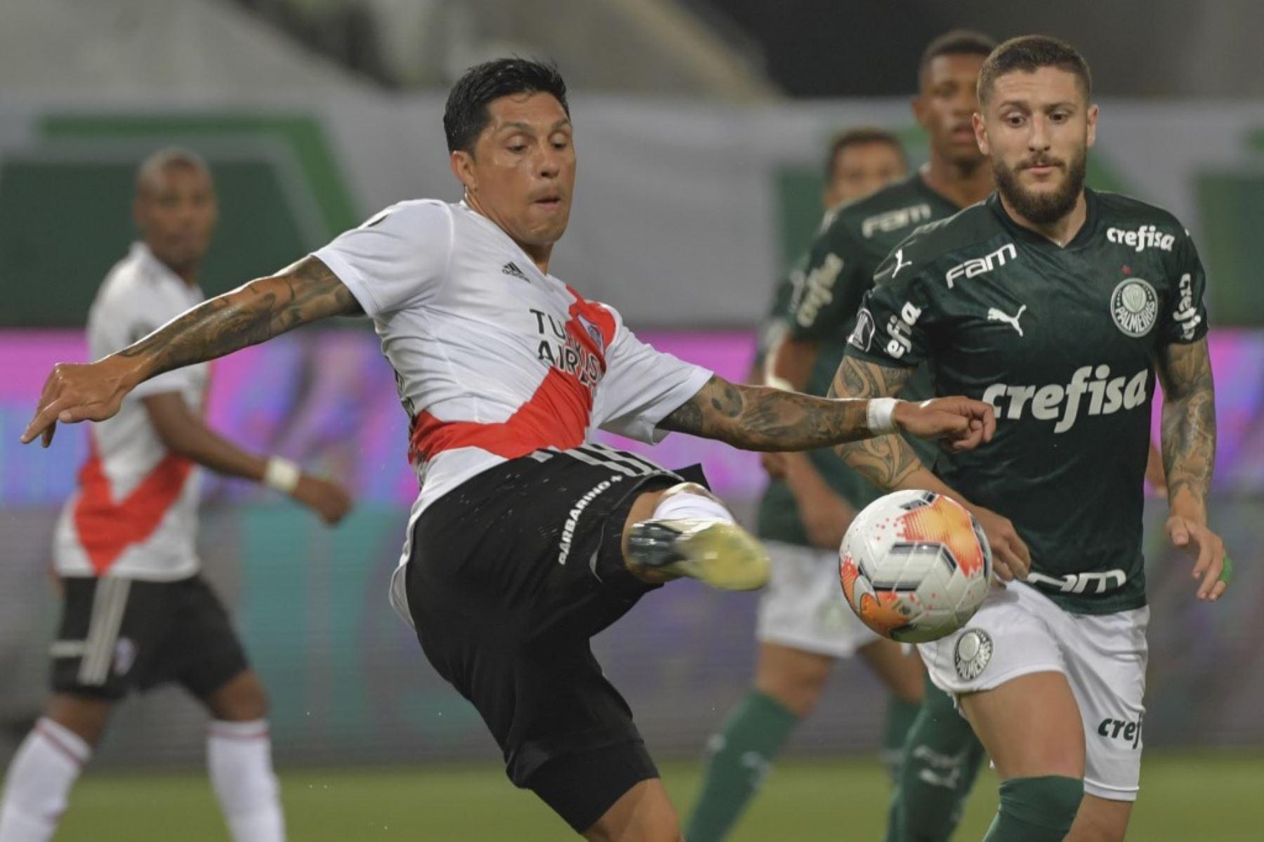 El argentino de River Plate, Enzo Pérez, y el brasileño Palmeiras Ze Rafael compiten por el balón durante la semifinal de la Copa Libertadores en el estadio Allianz Parque en Sao Paulo, Brasil. Foto: AFP