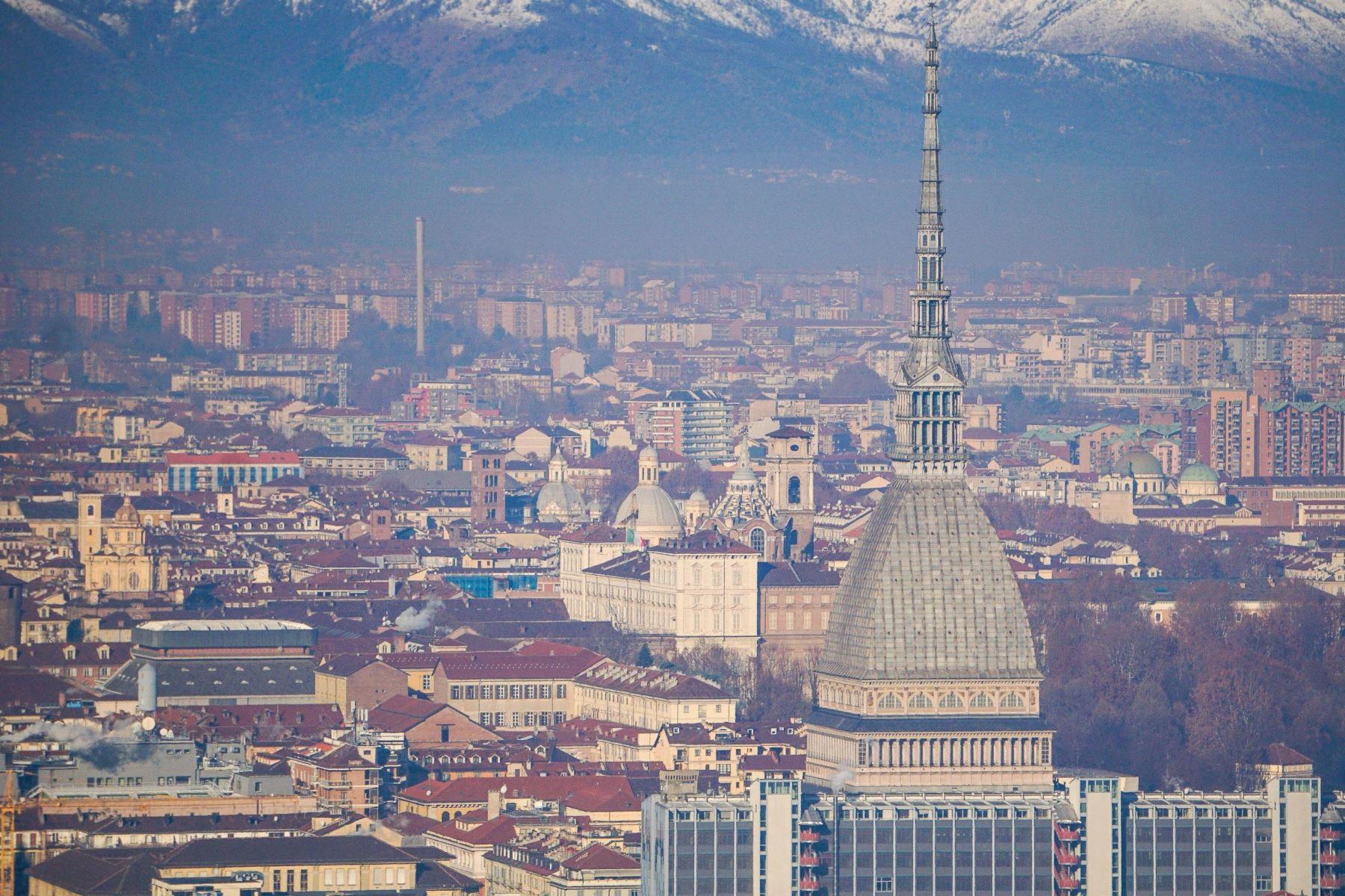 La Mole Antonelliana en la ciudad cubierta de smog con el telón de fondo de montañas nevadas en Turín, Italia. Foto: EFE