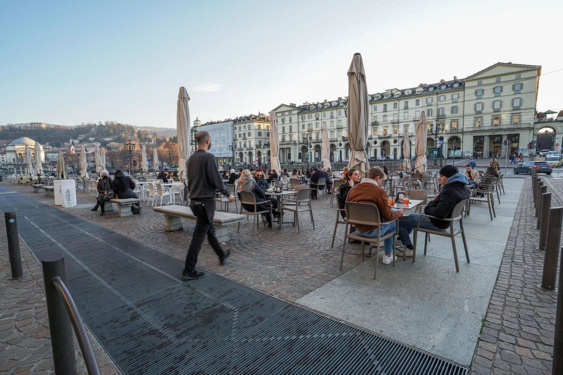Decenas de personas en la terraza de una cafetería en Turín. Foto: EFE