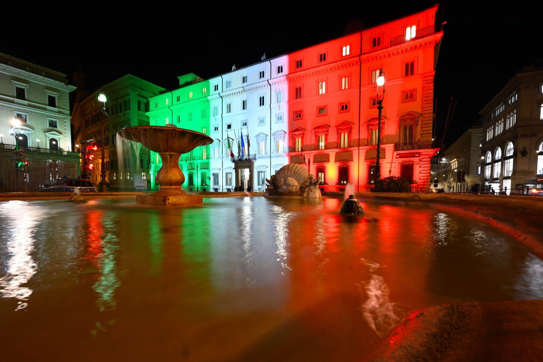 Una vista de Roma muestra el Palazzo Chigi, la sede del gobierno italiano, iluminado con los colores de la bandera italiana. Foto: AFP