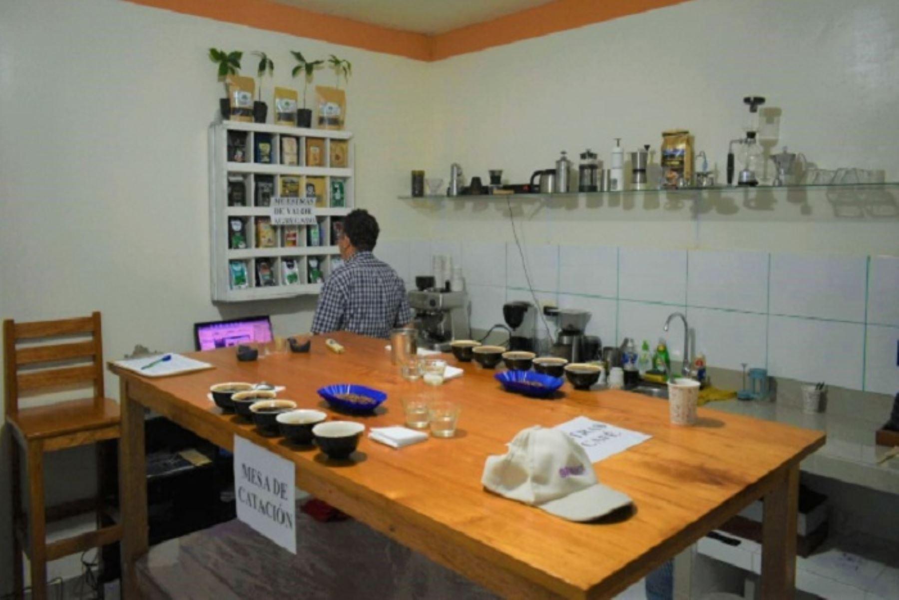 Implementación del laboratorio demandó una inversión de S/ 24,600 para la adquisición de equipos modernos de tostadora y piladora de muestras, mesa para catación, sarandas de café, y el material requerido para todo un equipo encargados de la acreditación de la excelencia del café, calificar los defectos y atributos organolépticos de los granos.