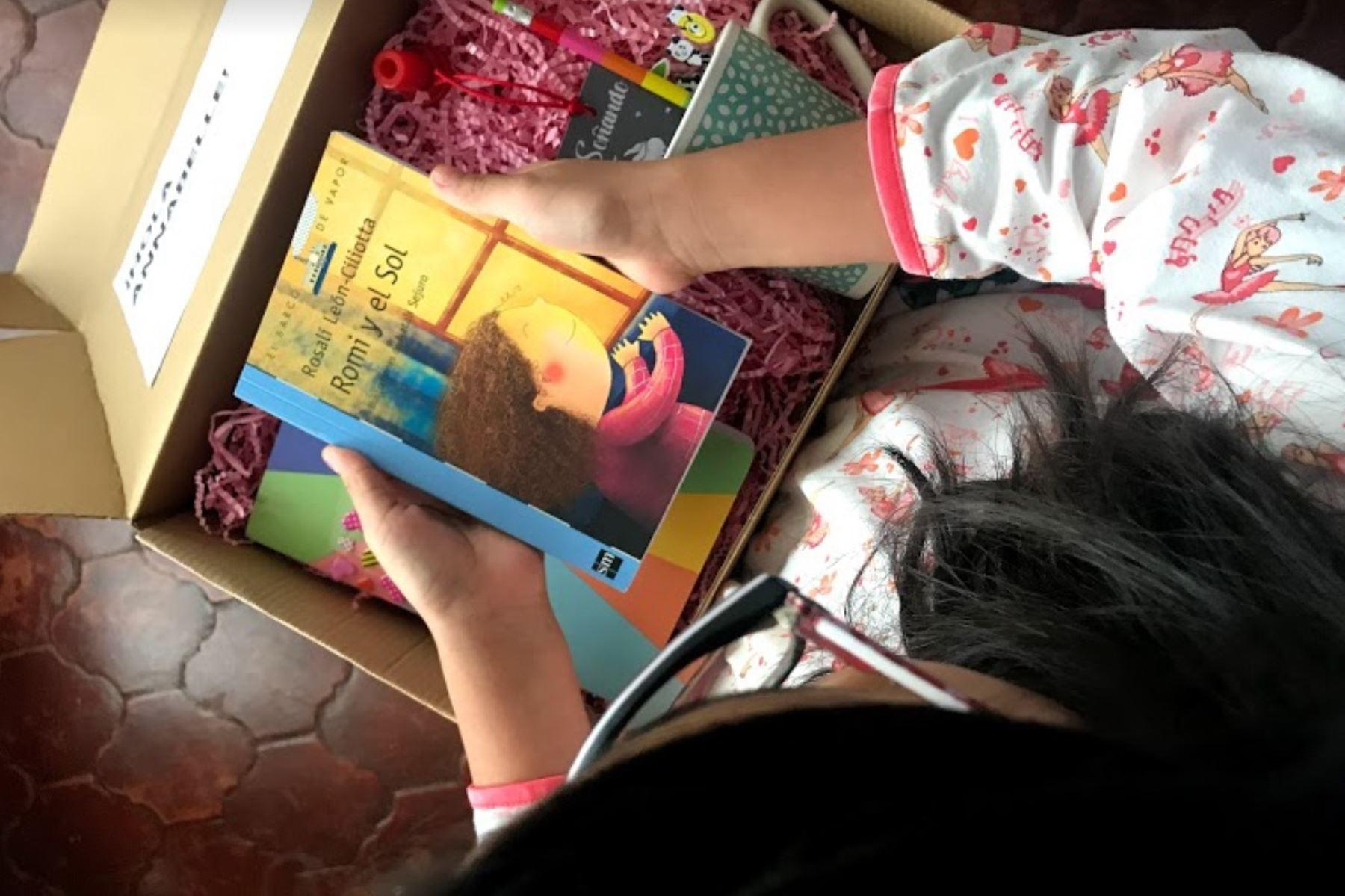 Cada menor recibe un kit especial de lectura, que contiene un libro seleccionado del mes, dinámicas de aprendizajes y elementos que harán más divertidas sus sesiones. ANDINA/Andina