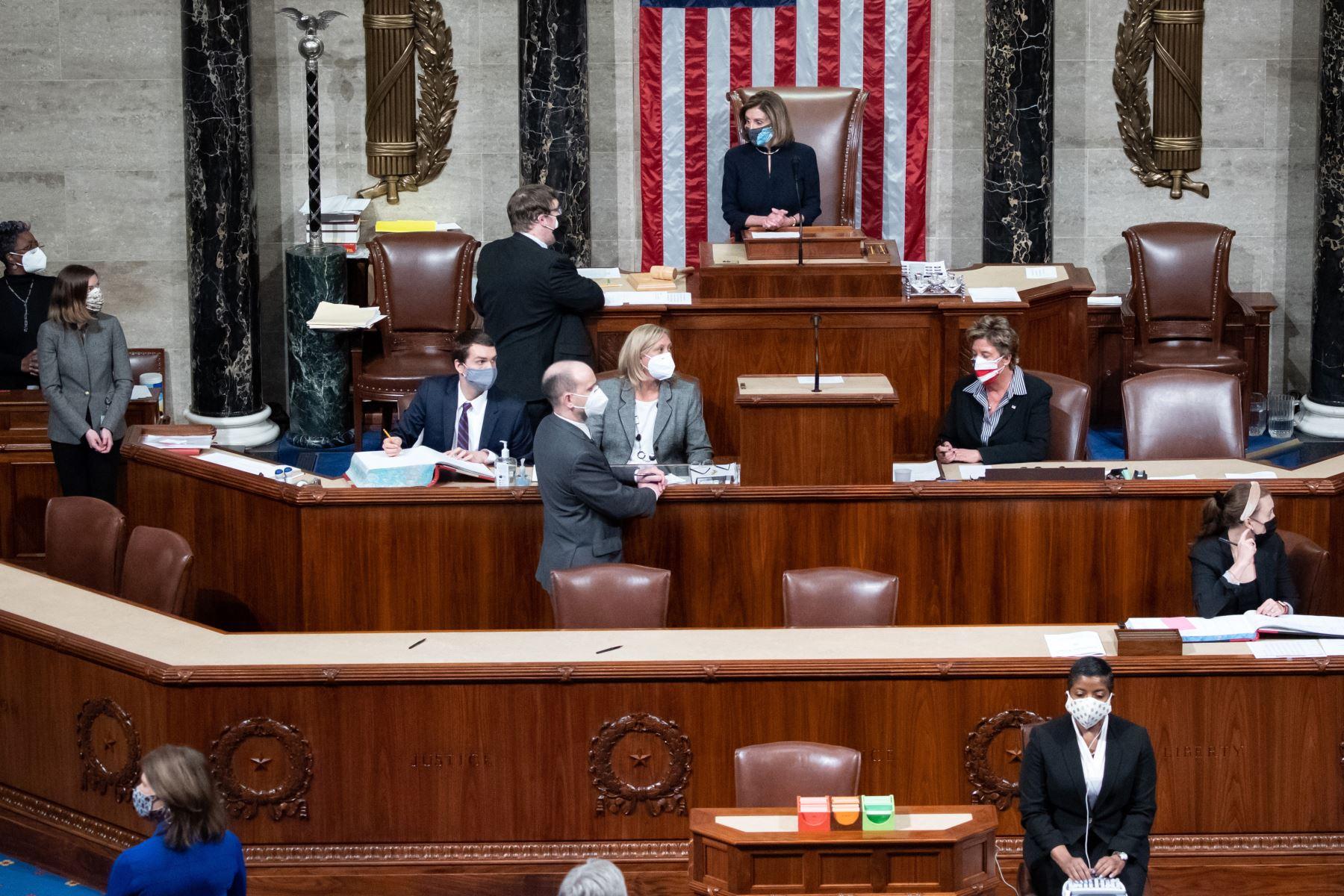 La presidenta de la Cámara de Representantes, Nancy Pelosi , preside la Cámara de Representantes al concluir la votación para acusar al presidente estadounidense Donald Trump en el Capitolio de los Estados Unidos en Washington, DC Foto : AFP
