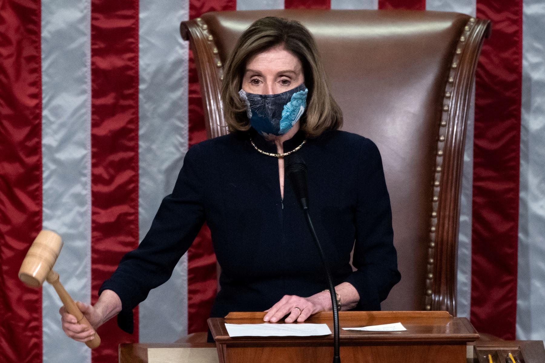La presidenta de la Cámara de Representantes, Nancy Pelosi, deja la grava mientras preside la votación de la Cámara de Representantes de los Estados Unidos sobre el juicio político del presidente de Estados Unidos, contra Donald Trump, en el Capitolio de los Estados Unidos. Foto: AFP