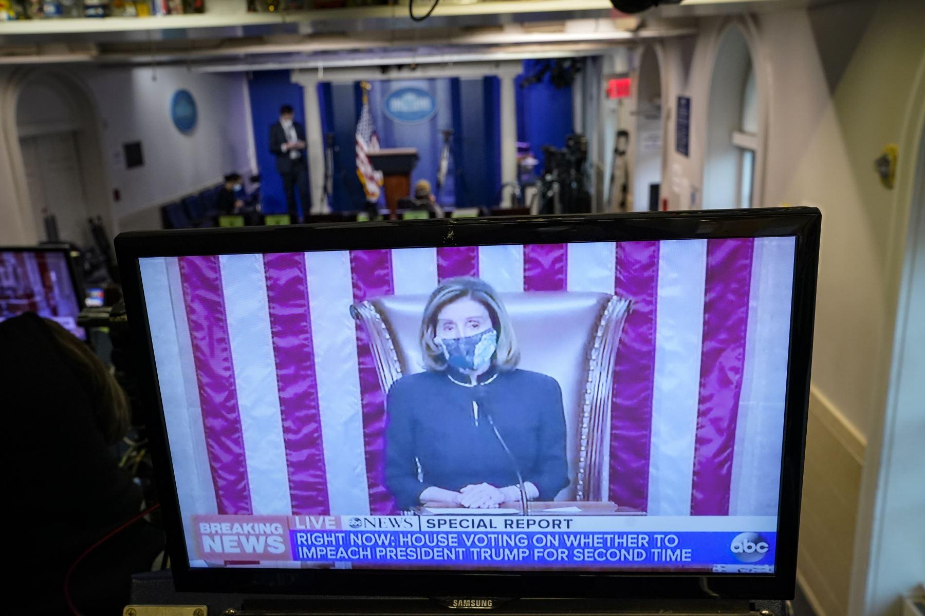 Imagen en una transmisión de televisión dentro de la Sala de conferencias de prensa de la Casa Blanca, la presidenta de la Cámara de Representantes, Nancy Pelosi, preside mientras la Cámara de Representantes de Estados Unidos vota sobre el juicio político del presidente de Estados Unidos, contra Donald Trump. Foto: AFP