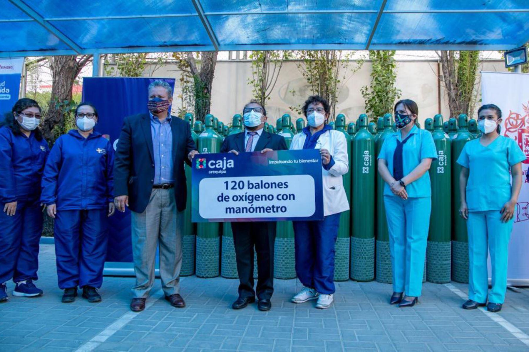 El alcalde provincial de Arequipa, Omar Candia, junto a funcionarios de Caja Arequipa entregaron los balones de oxígeno a los hospitales de la ciudad. Foto: ANDINA/Municipalidad de Arequipa