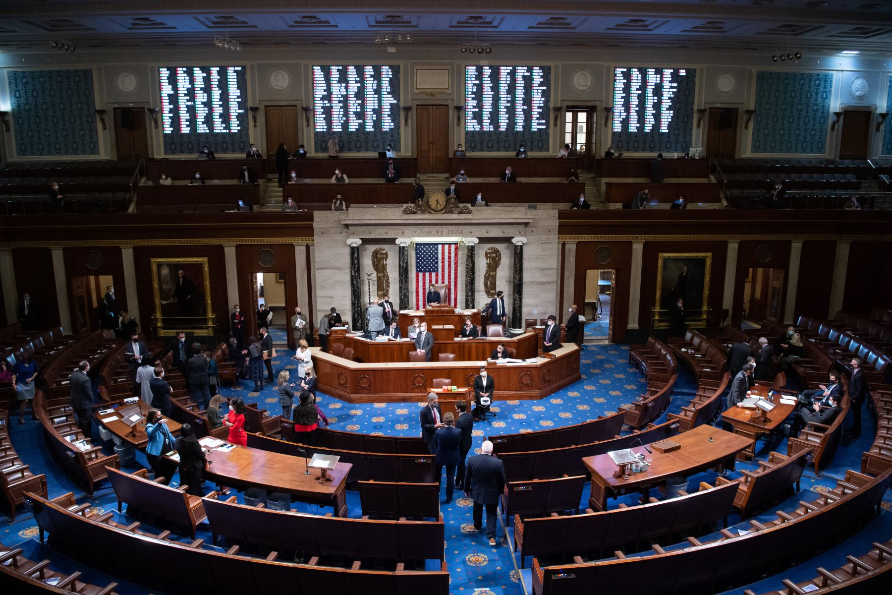 La presidenta de la Cámara de Representantes, Nancy Pelosi , preside la Cámara de Representantes al concluir la votación para acusar al presidente estadounidense Donald Trump en el Capitolio de los Estados Unidos en Washington, DC. Foto: AFP