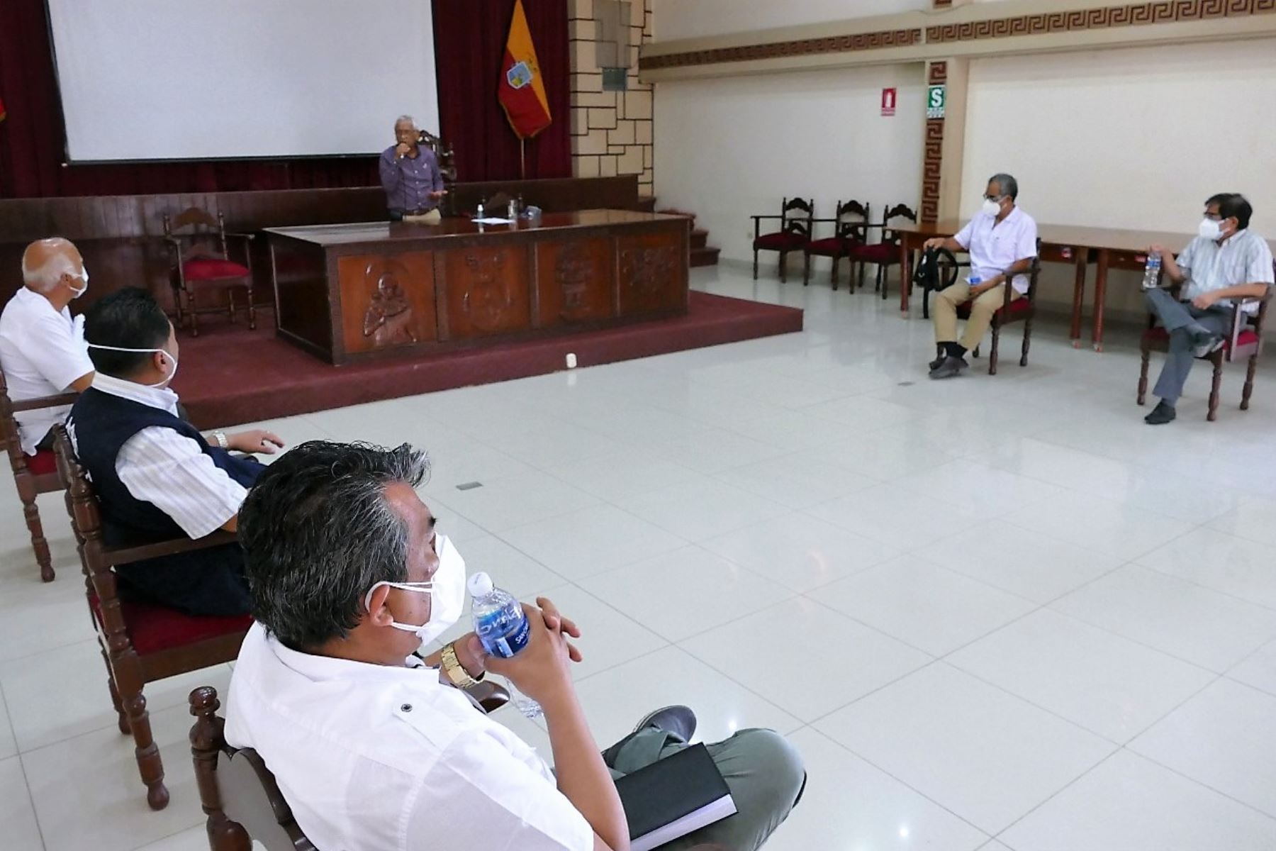 Responsables de los establecimientos de salud de Lambayeque se reúnen con el gobernador regional, Anselmo Lozano, para coordinar acciones frente a la segunda ola de covid-19.