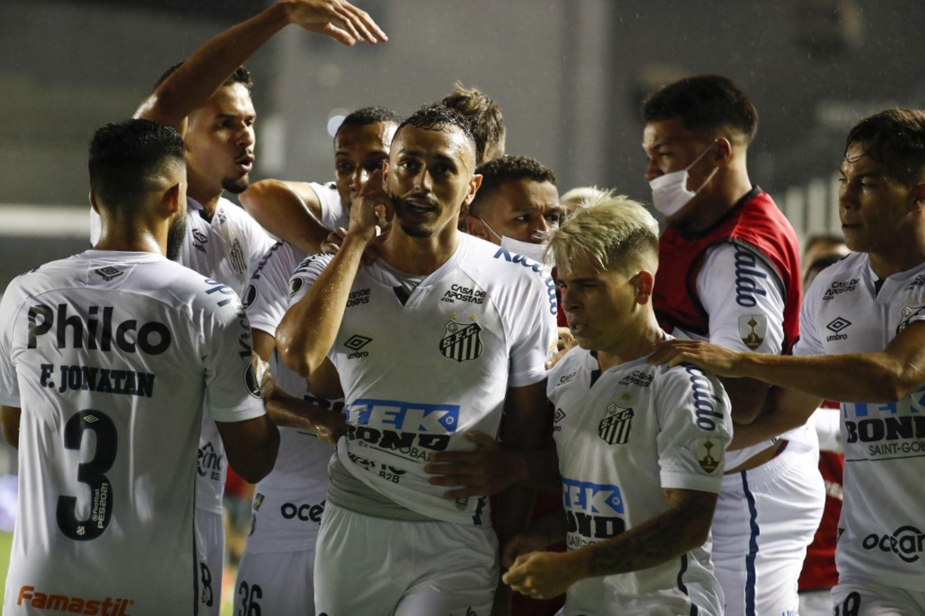 El brasileño Santos Diego Pituca (C) celebra con sus compañeros tras anotar contra el argentino Boca Juniors durante el partido de fútbol de la semifinal de la Copa Libertadores en el estadio Vila Belmiro de Santos, Brasil. Foto: AFP