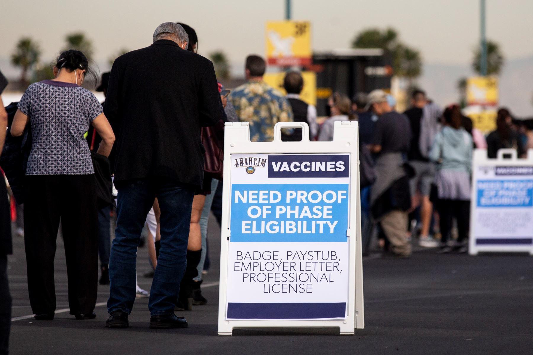 Personas hacen cola mientras esperan vacunarse contra covid-19 en un estacionamiento de Disneyland en Anaheim, California, Estados Unidos. Foto: EFE