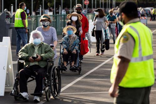 Miles de personas esperan vacunarse contra covid-19 en California