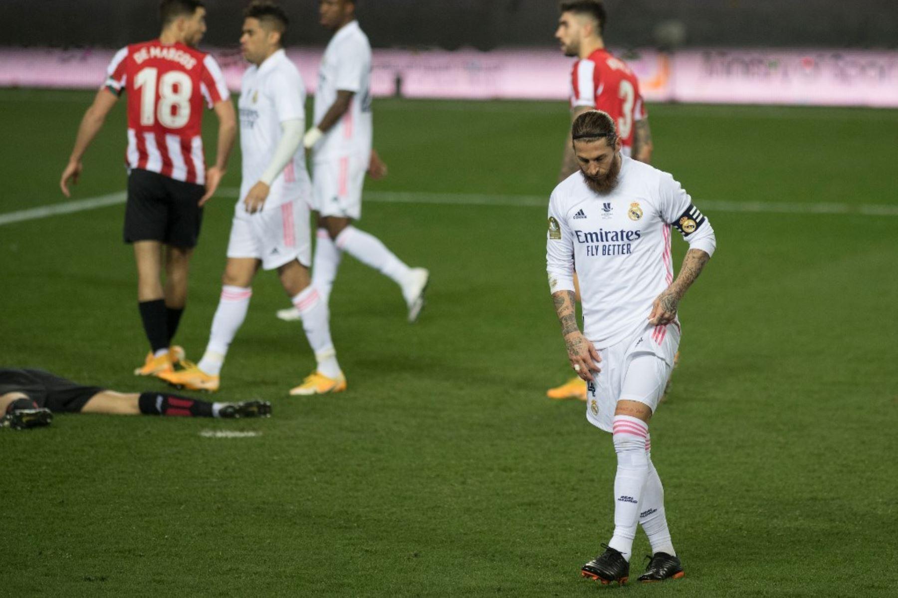 El defensa español del Real Madrid Sergio Ramos reacciona durante la semifinal de la Supercopa de España entre el Real Madrid y el Athletic Club de Bilbao en el estadio La Rosaleda de Málaga. Foto: AFP