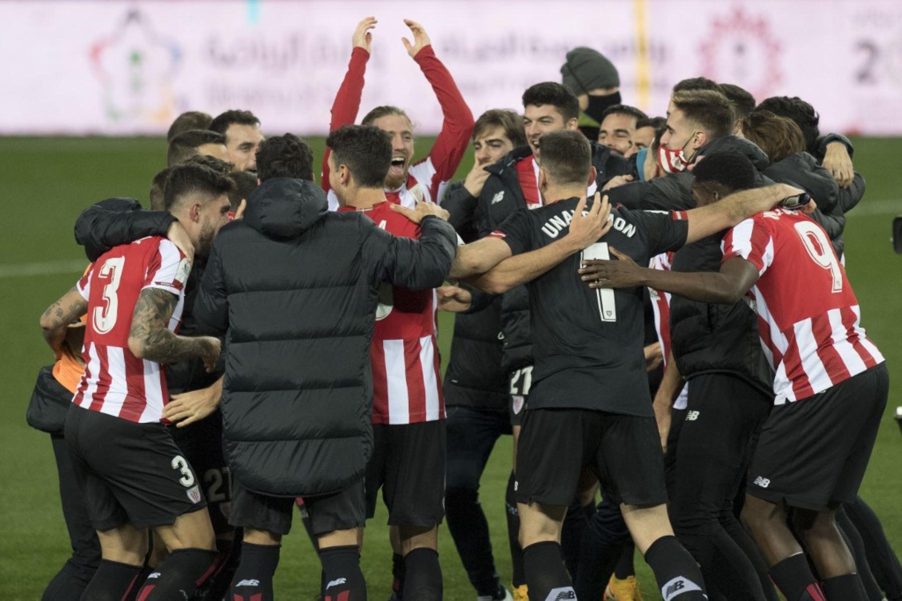 Los jugadores del Athletic de Bilbao celebran tras ganar la semifinal de la Supercopa de España ante el Real Madrid en el estadio La Rosaleda de Málaga. Foto: AFP