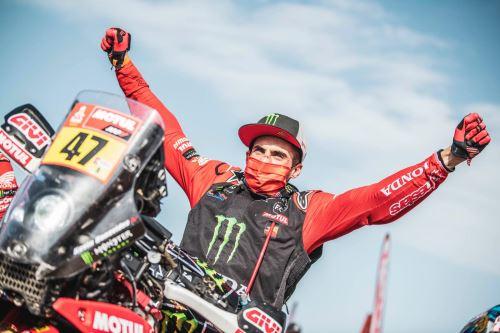 Kevin Benavides se consagró en el Dakar 2021 al ganar en moto.