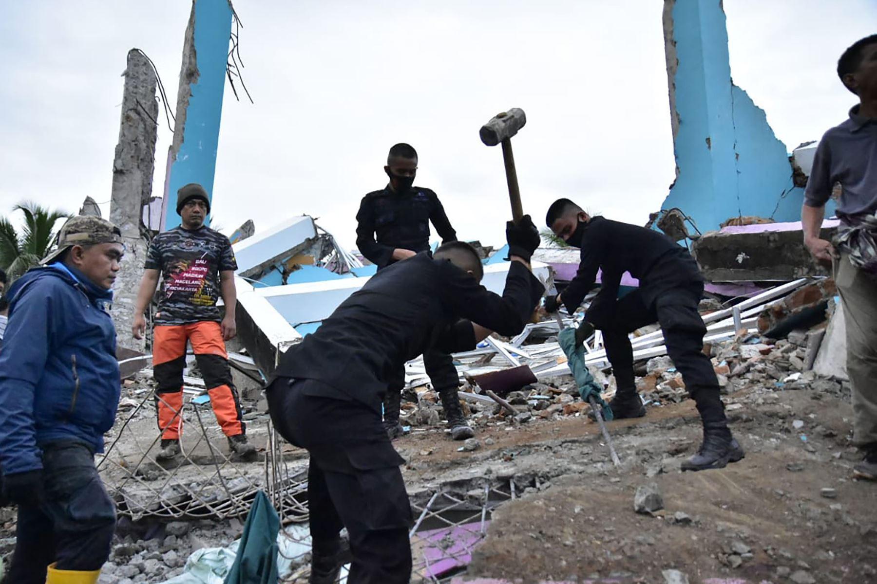 Los equipos de rescate buscan sobrevivientes en el hospital Mitra Manakarra en la ciudad de Mamuju, donde hasta 20 pacientes y personal están atrapados bajo los escombros después de que el hospital se derrumbó cuando un terremoto de magnitud 6.2 sacudió la isla de Sulawesi en Indonesia. Foto: AFP