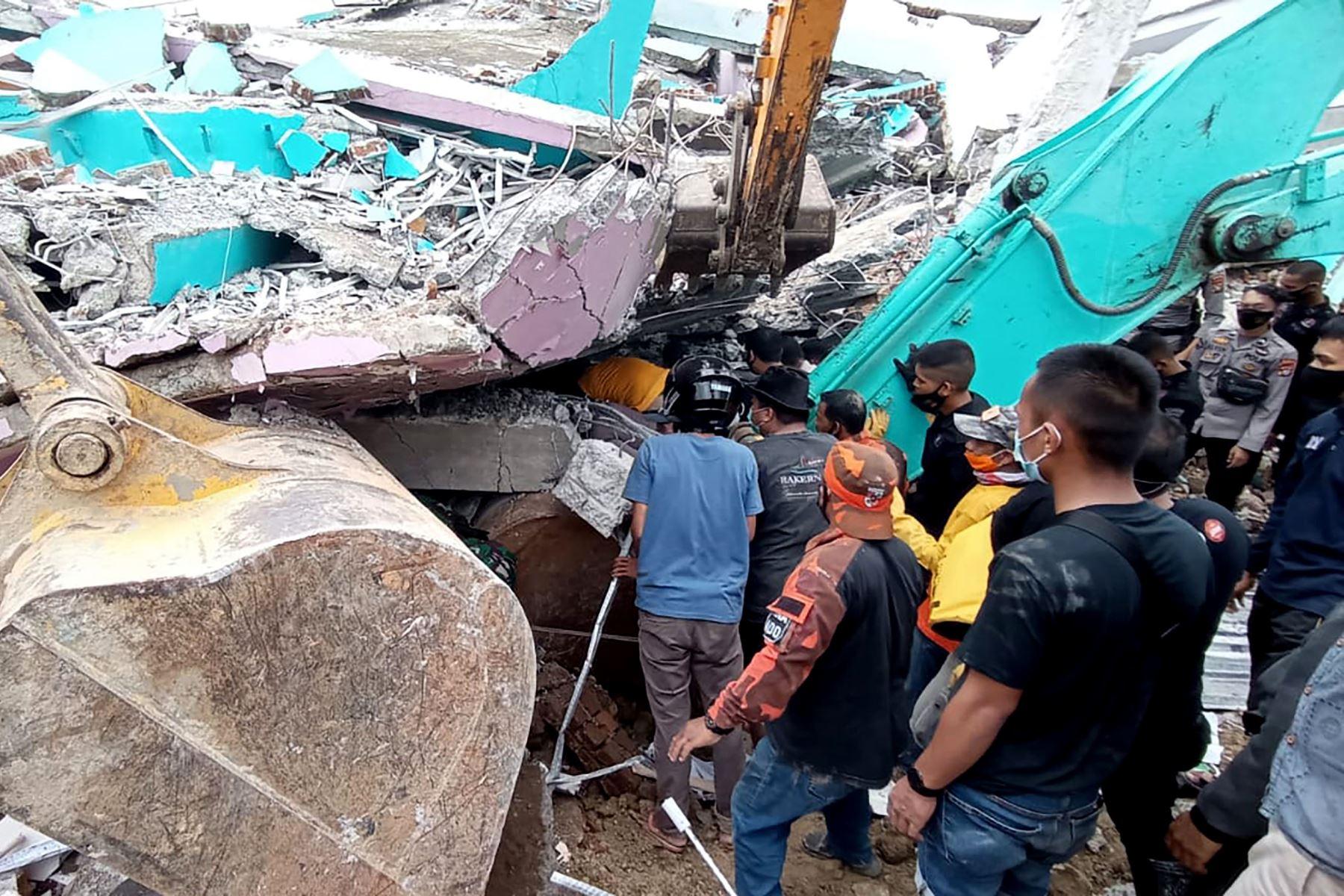 Equipos de rescate buscan sobrevivientes en el hospital Mitra Manakarra en la ciudad de Mamuju, donde hasta 20 pacientes y personal están atrapados bajo los escombros después de que el hospital se derrumbó cuando un terremoto de magnitud 6.2 sacudió la isla de Sulawesi en Indonesia. Foto: AFP