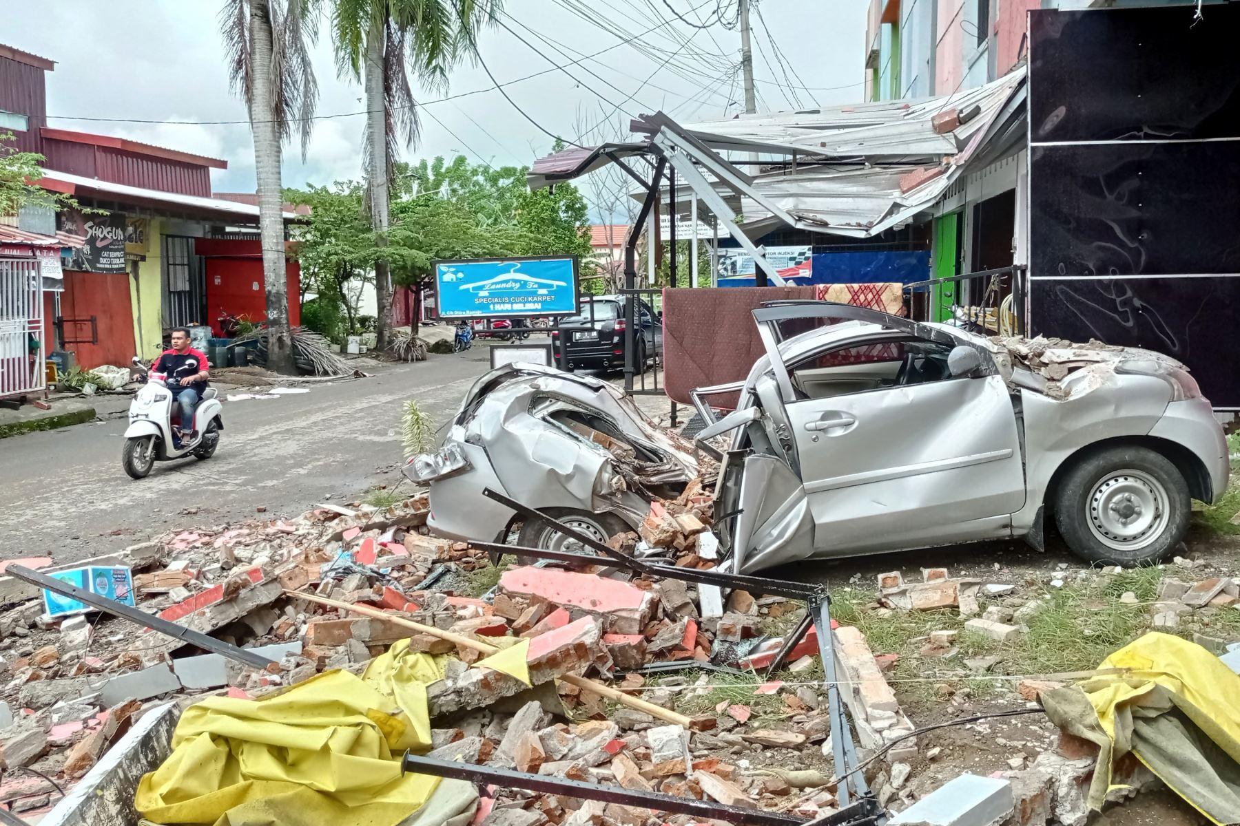 Un automóvil destruido se encuentra entre los escombros al costado de una calle en Mamuju, después de que un terremoto de magnitud 6.2 sacudiera la isla de Sulawesi en Indonesia. Foto: AFP