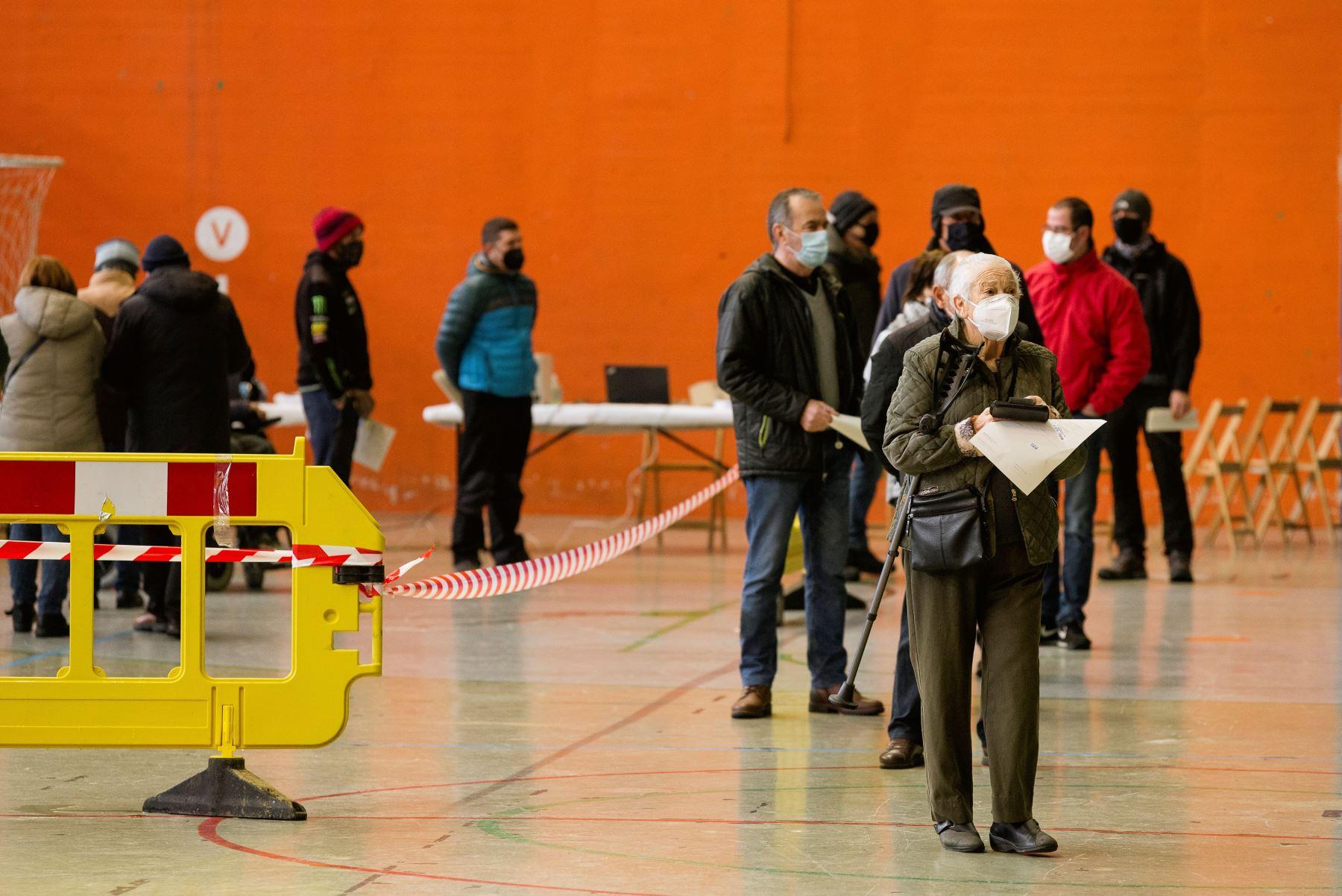 Vecinos de Agurain (Vitoria) esperan turno para someterse a pruebas PCR durante un cribado masivo. Foto: EFE