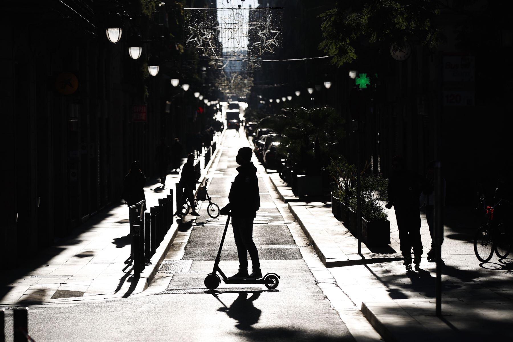 Una persona en patinete por una calle del centro de Barcelona. Foto:EFE