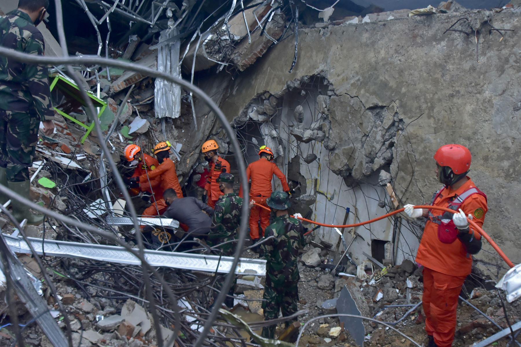 Los equipos de rescate buscan sobrevivientes en un edificio derrumbado en Mamuju, luego de que un terremoto de magnitud 6.2 sacudiera la isla indonesia de Sulawesi.  Foto: AFP