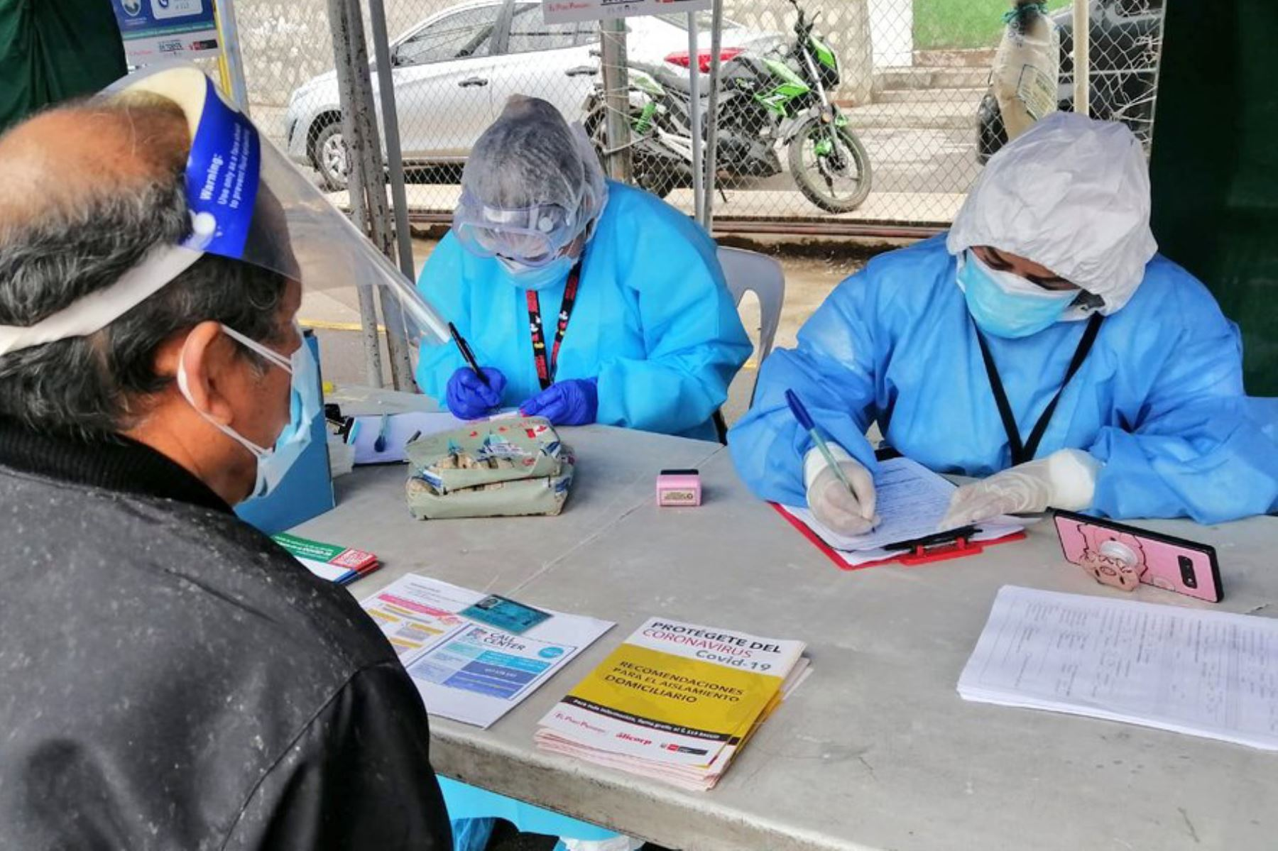 Más de 300 personas fueron evaluadas con pruebas moleculares de diagnóstico Covid-19, en el Centro Rápido de Atención Temporal, instalado por el Minsa en la losa deportiva La Pampita. Foto: ANDINA/ MINSA