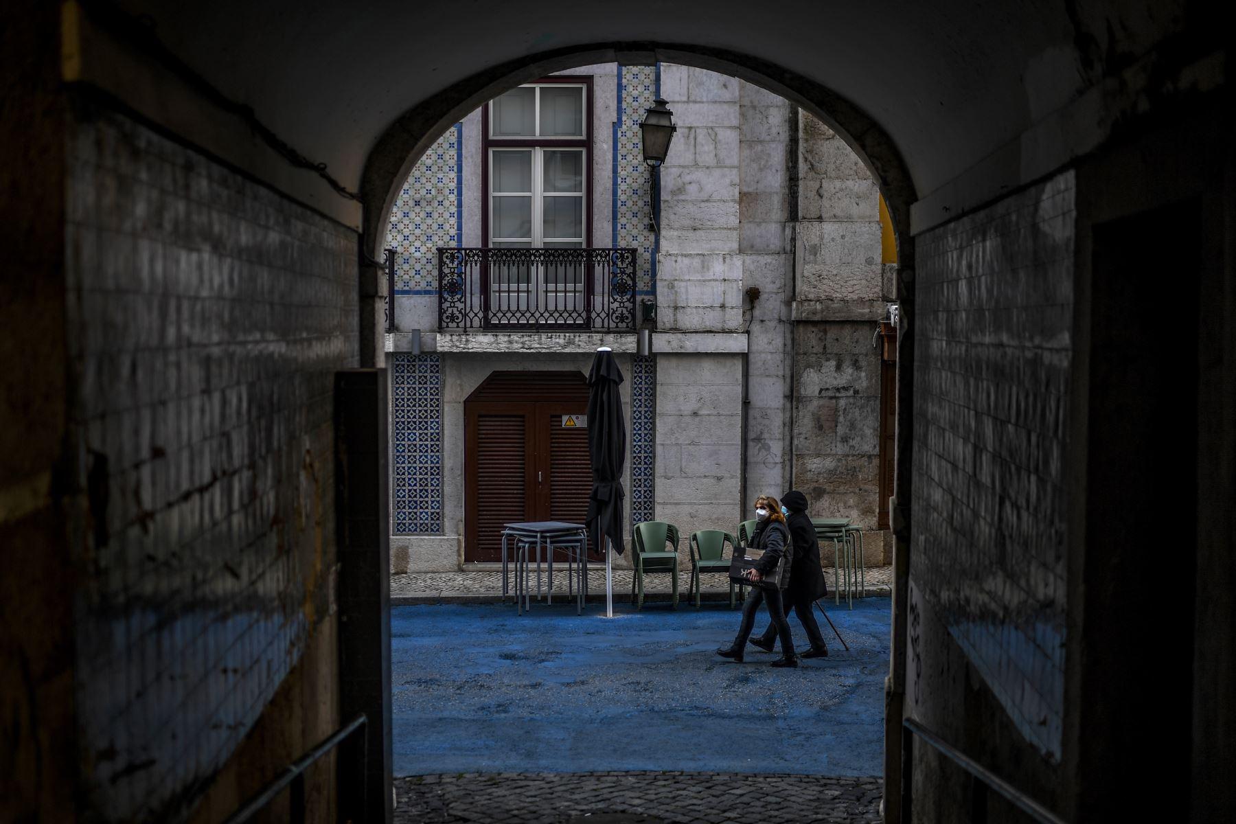 Mujeres con mascarillas pasan frente a un restaurante cerrado en Lisboa Portugal, que entró en un nuevo bloqueo por un aumento en los casos de coronavirus. El nuevo coronavirus ha matado al menos a 1.994.833 personas. Foto:AFP