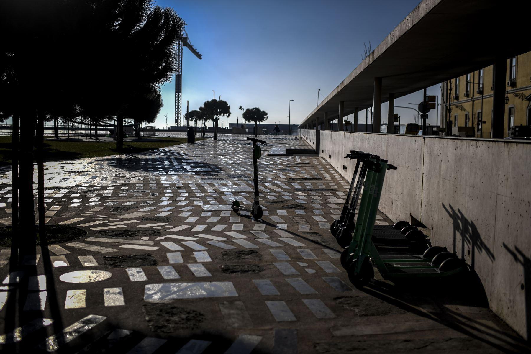 Los scooters están estacionados en Lisboa Portuga, que entró en un nuevo bloqueo por un aumento en los casos de coronavirus. El nuevo coronavirus ha matado al menos a 1.994.833 personas. Foto: AFP